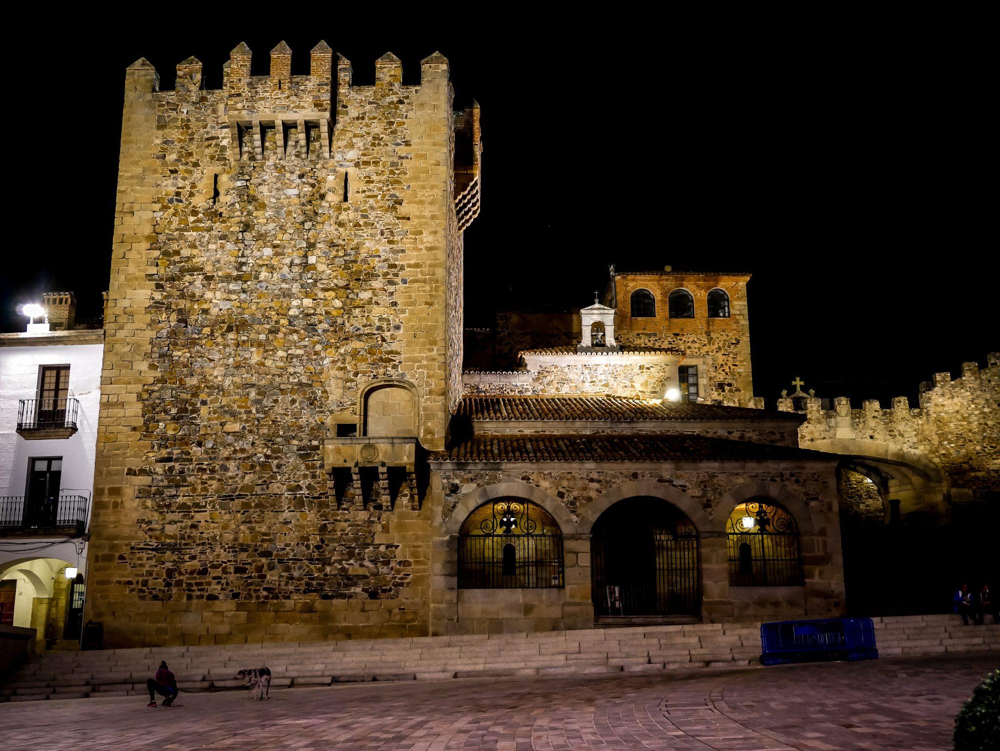 Jedes einzelne Gebäude in der mittelalterlichen Altstadt von Cáceres wird wunderschön angestrahlt