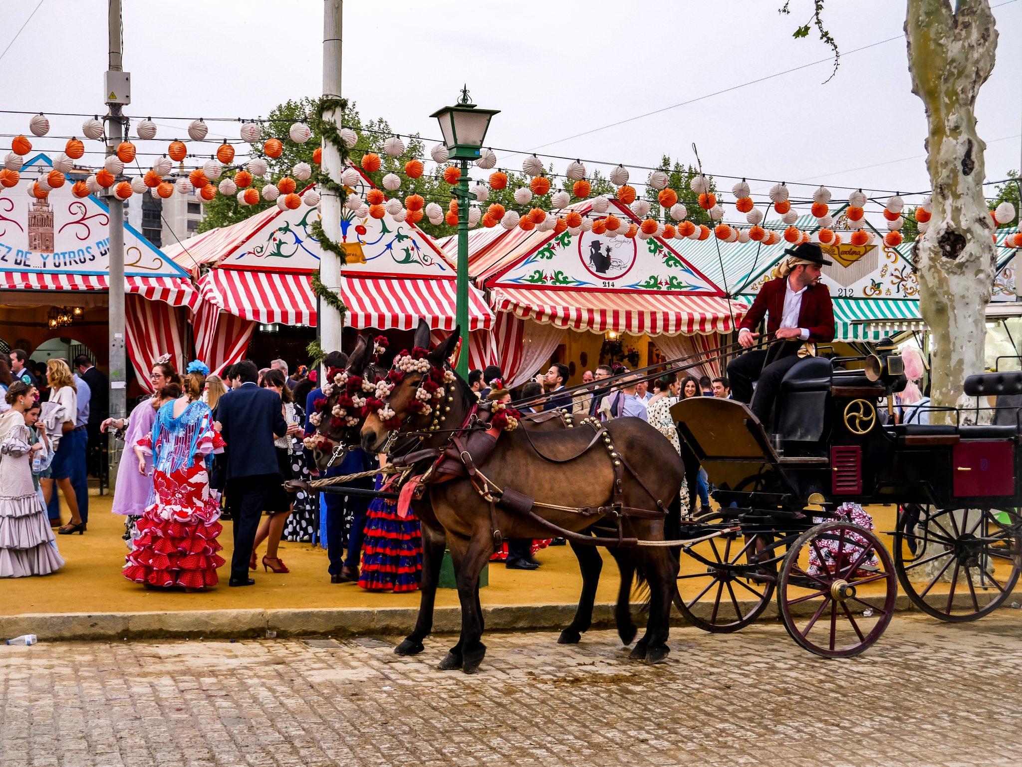 Casetas sind ungefähr so wie ein riesiges Bierzelt auf dem Oktoberfest, jedoch in Tausend kleine Zelte verteilt, die aussehen wie kleine süße Häuschen.