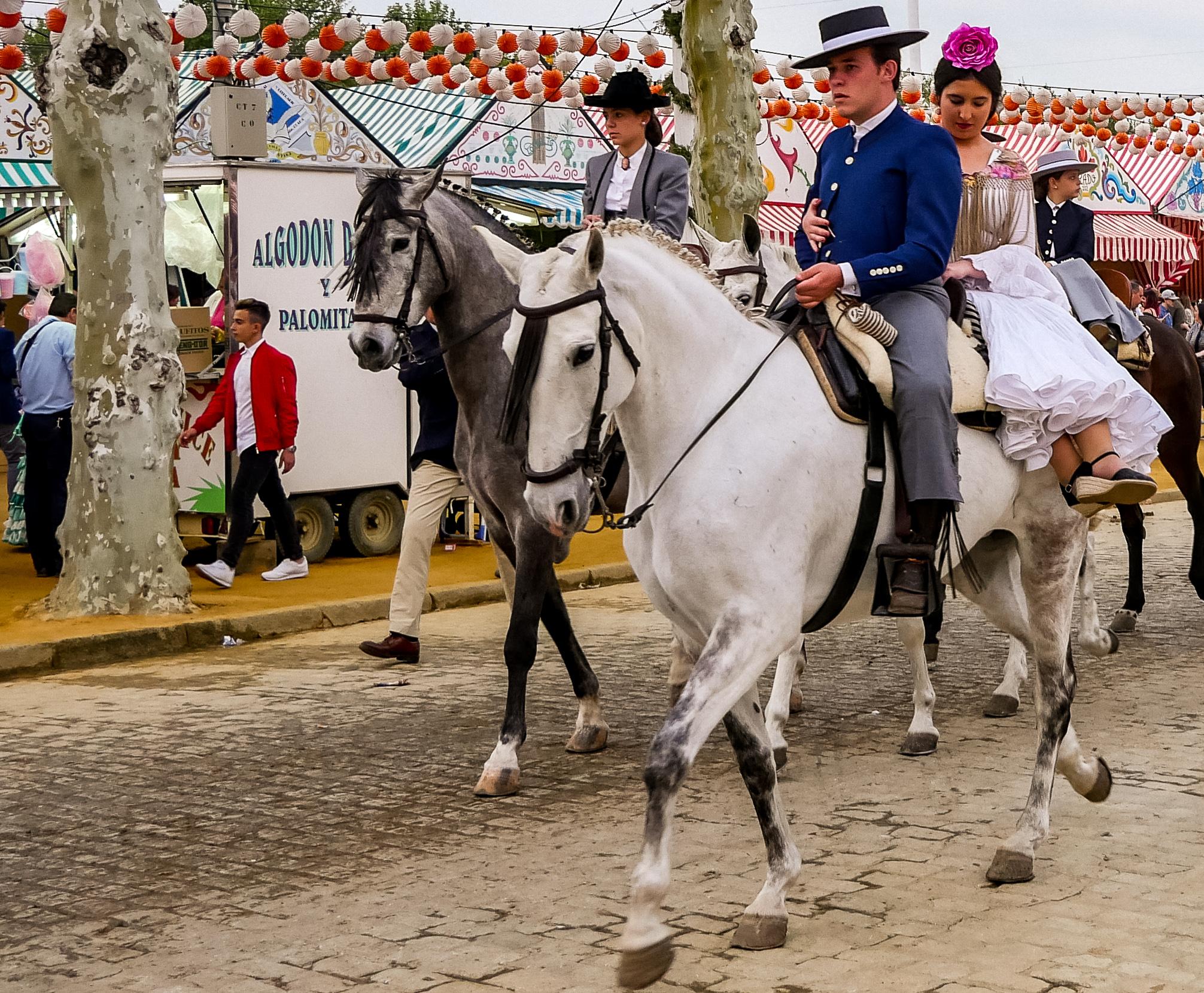 Während der Feria sind viele Männer und Frauen zu Pferd unterwegs.