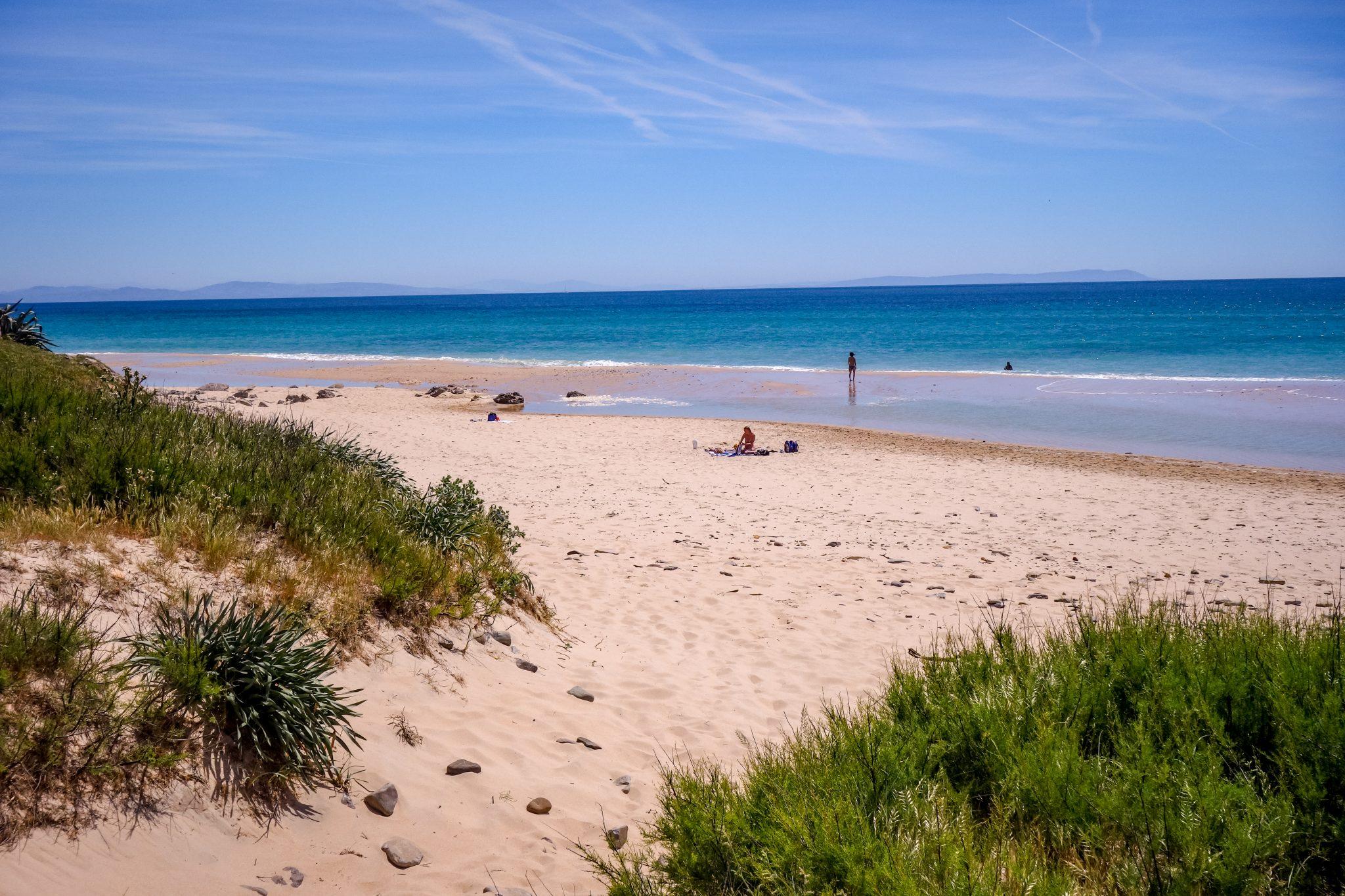 Am Playa Bolonia in der Region Tarifa (Andalusien) sind Toiletten und Mülleimer eine Mangelware.