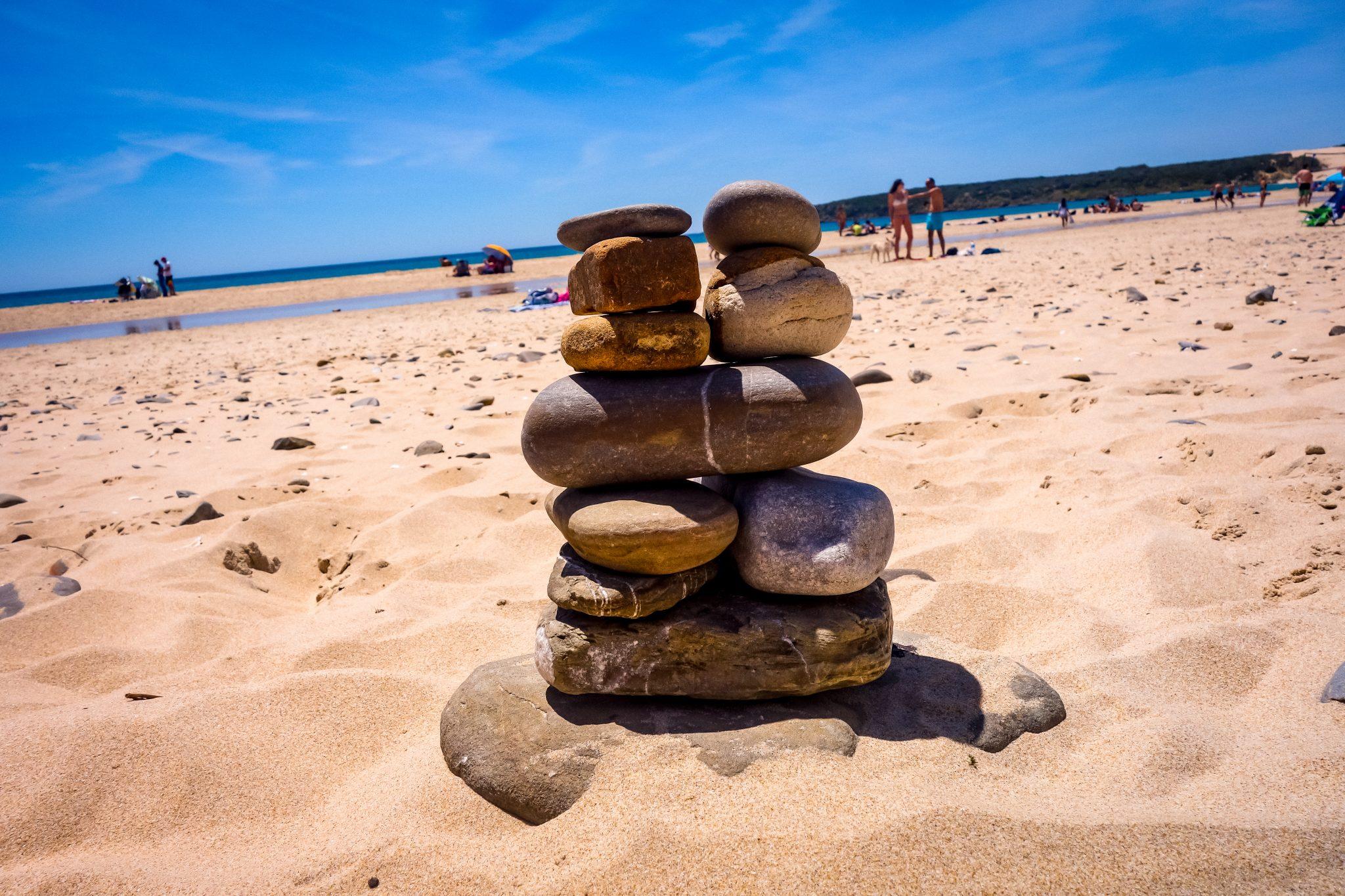 Steinmännchen kann man auch am Strand von Bolonia finden.