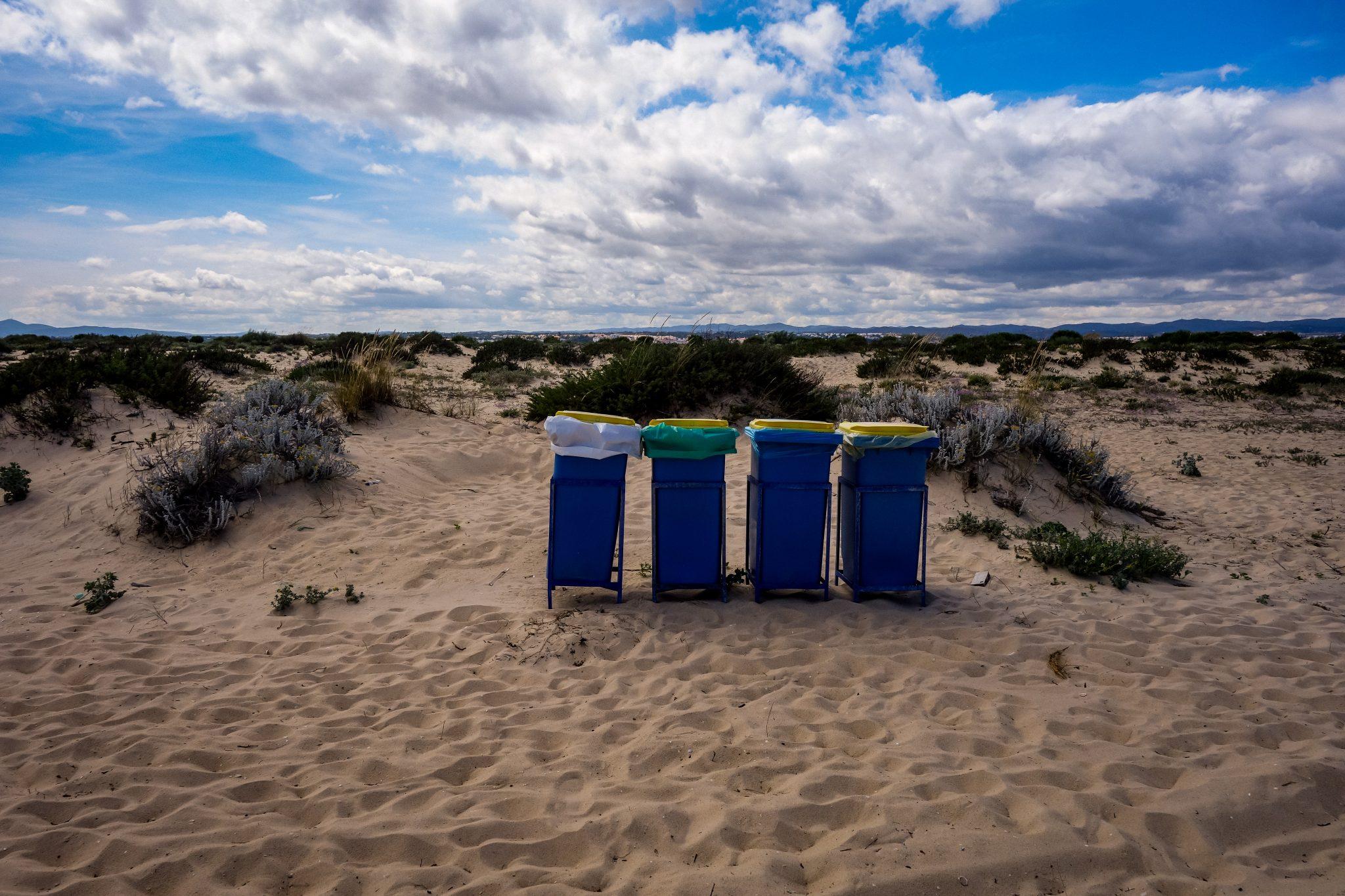 Mülltonnen auf Tavira Island, Portugal. Toiletten: Mangelware!