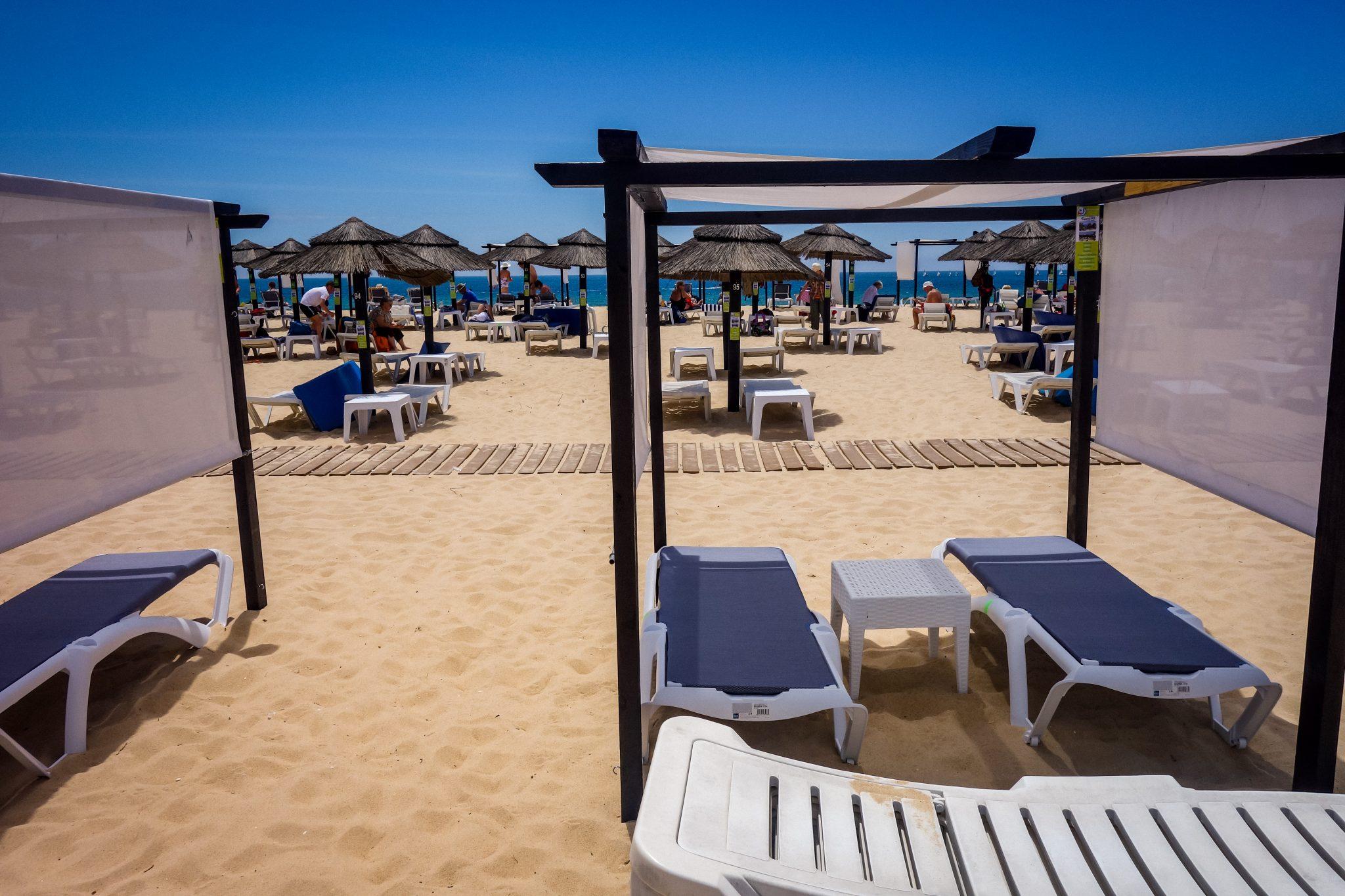 ... oder dich für ca. 10 - 15 € pro Liege zu allen legen. Tavira Island, Portugal