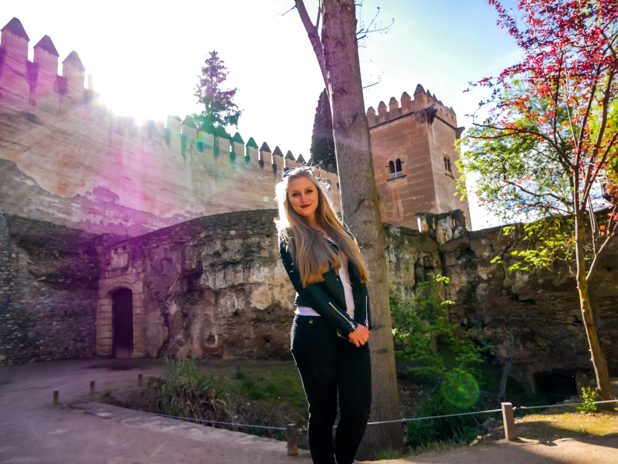 Wenn du am Fluss vorbei den steilen Weg zur Alhambra hochläufst, nimm dir ausreichend Wasser mit.