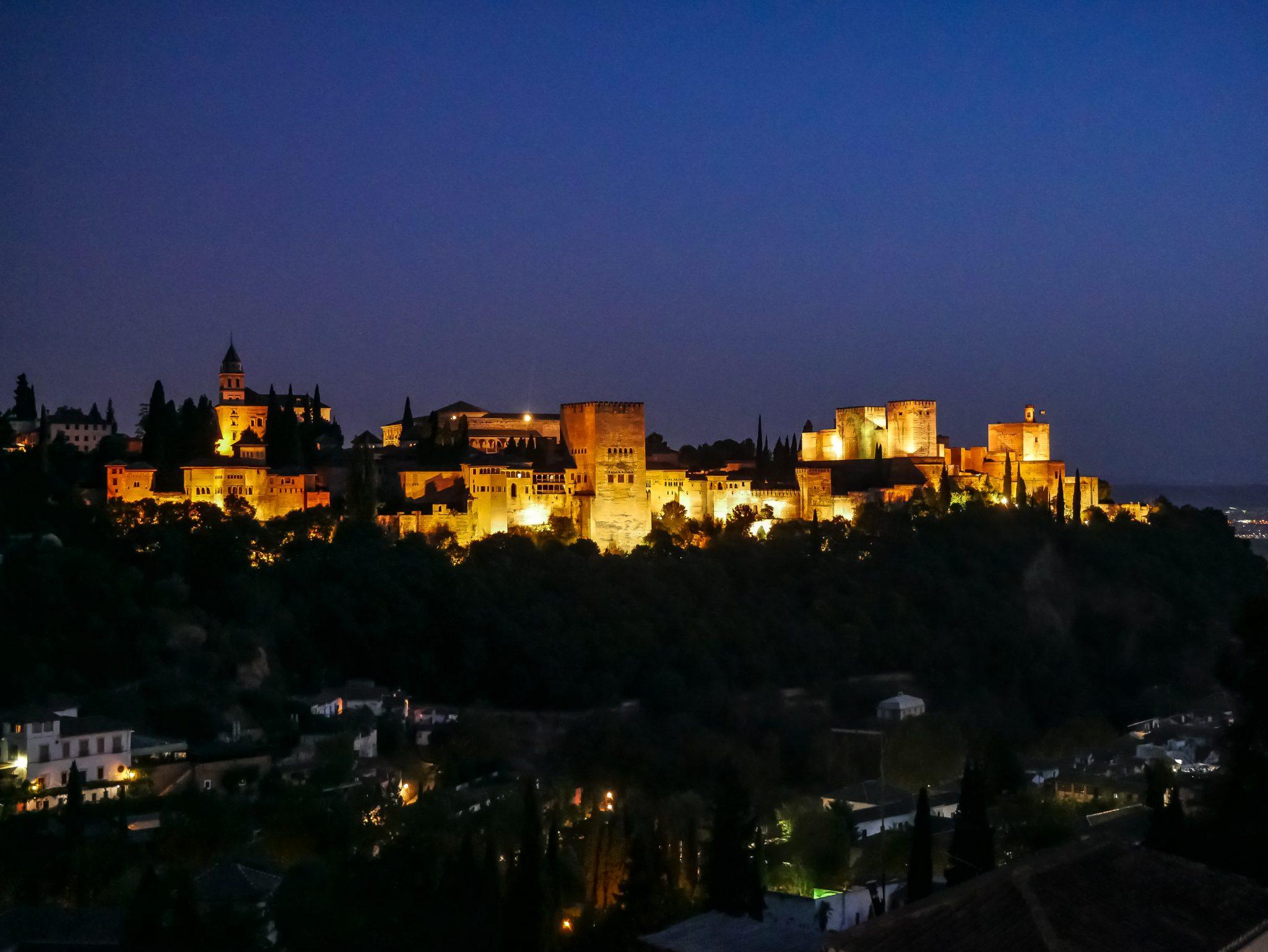 Auch bei Nacht wird die Alhambra wunderschön angestrahlt!