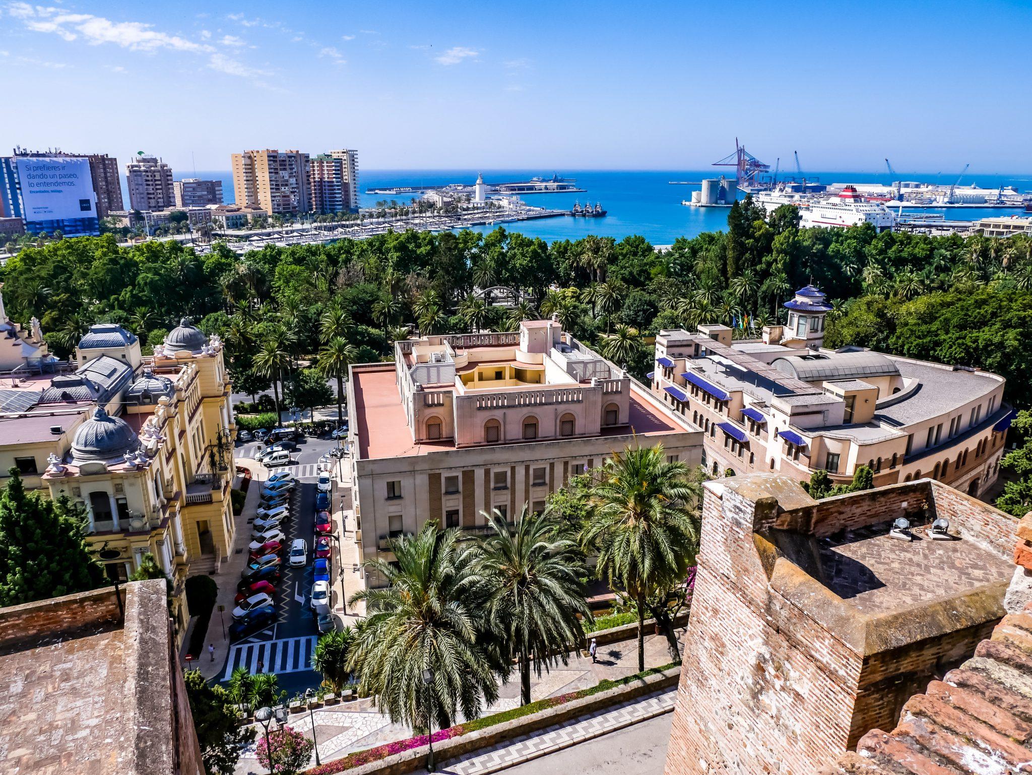 Du wirst eine wunderschöne Aussicht auf den Hafen und die Stadt haben vom Alcazaba in Malaga.