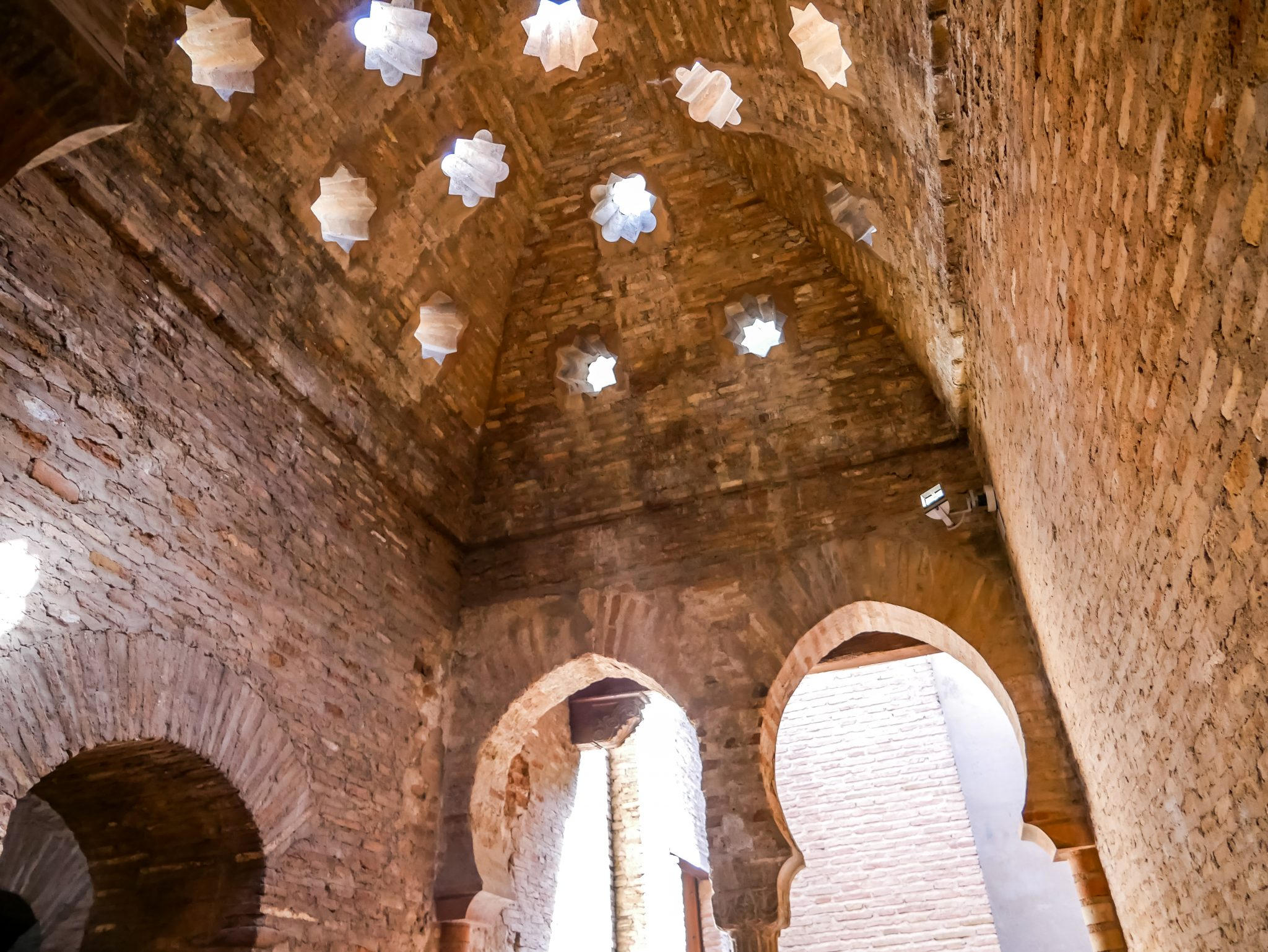 Die Baños der Alhambra kannst du kostenlos besichtigen, sie befinden sich gegenüber von den Souvenirläden, auf dem Gelände der Alhambra.