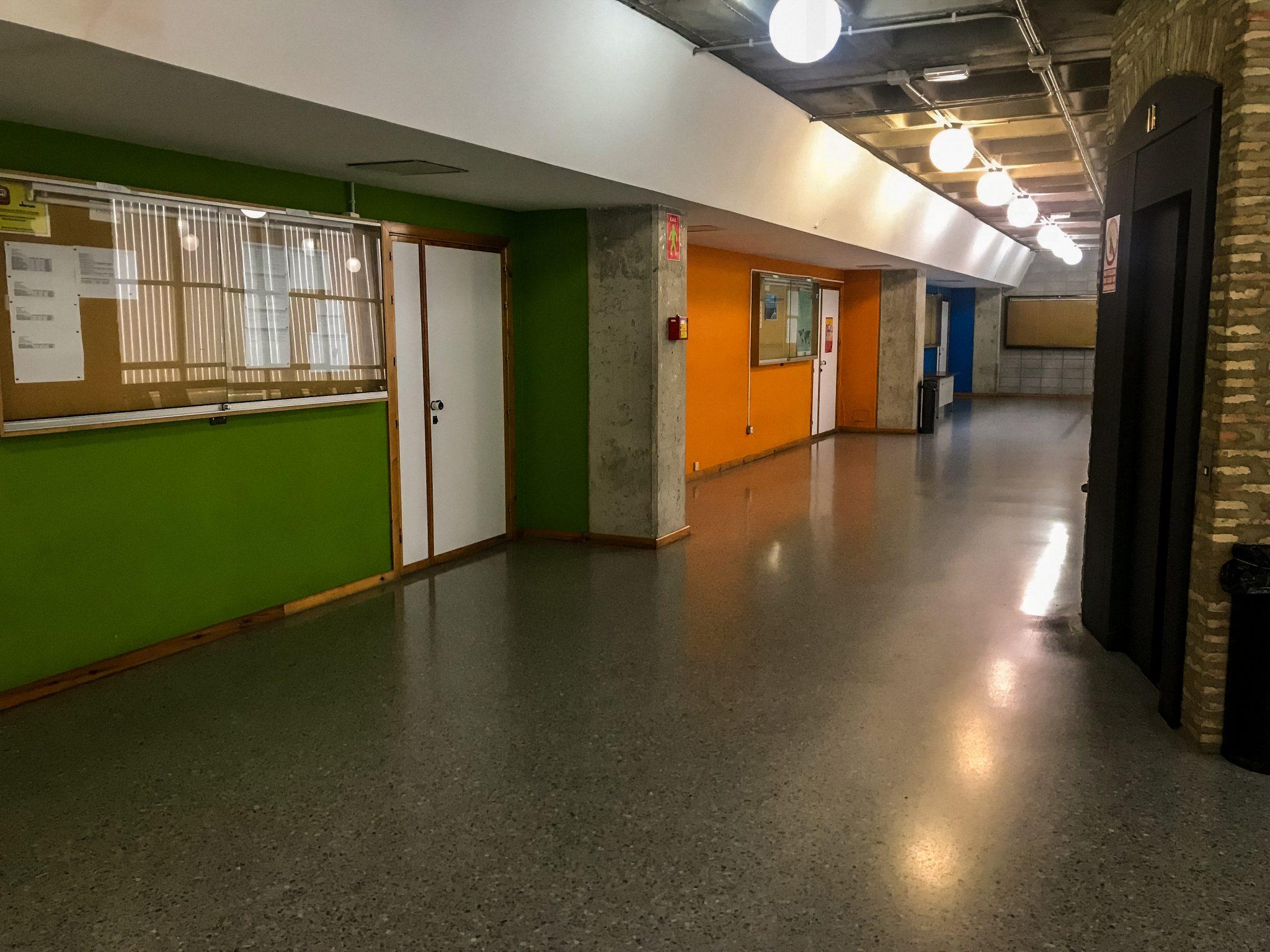 Die Räume sind dort mit Farben markiert und werden mit der jeweiligen Farbe im Prüfungsplan erwähnt.