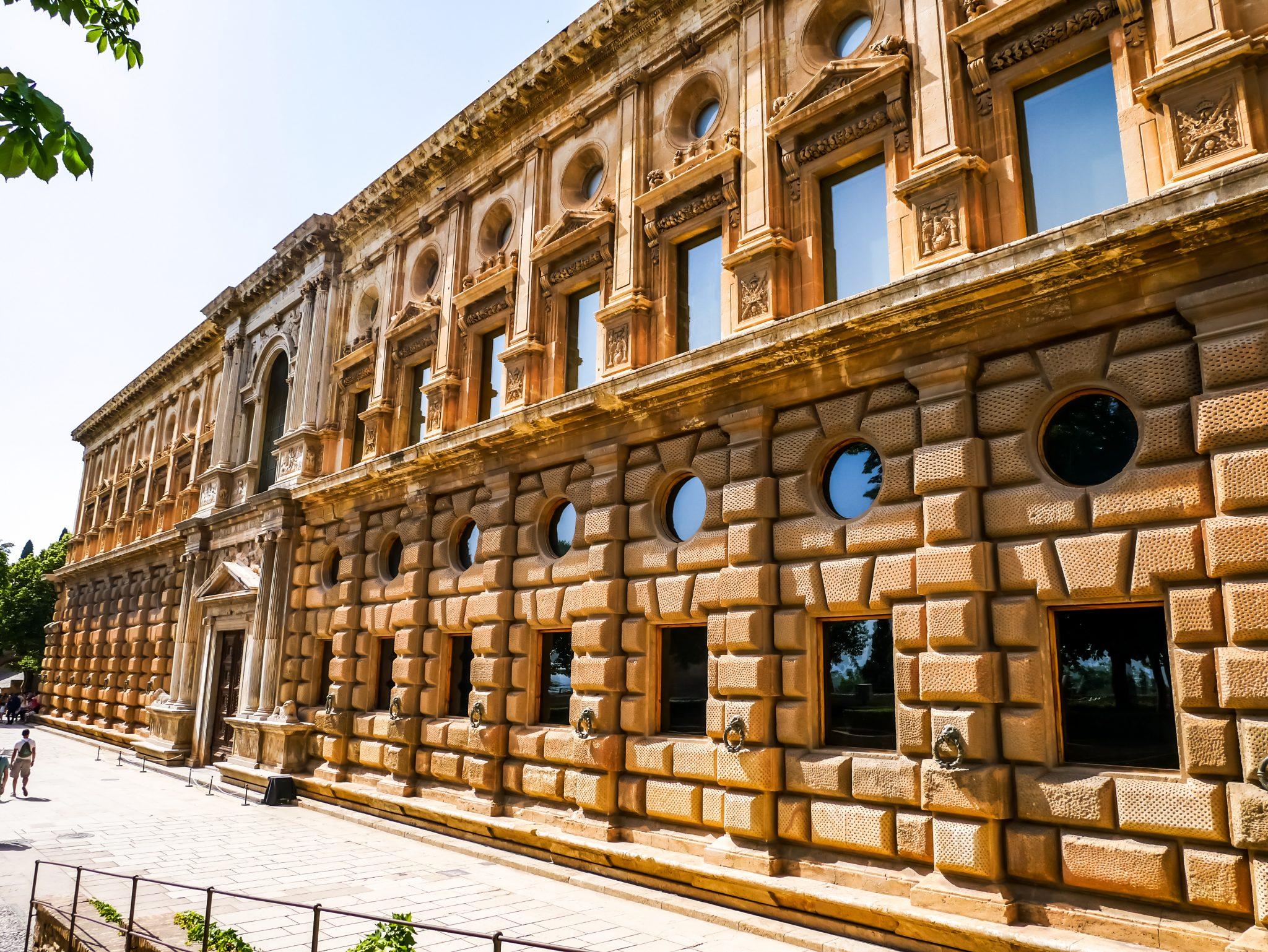 Von außen sieht der Palast viereckig aus.