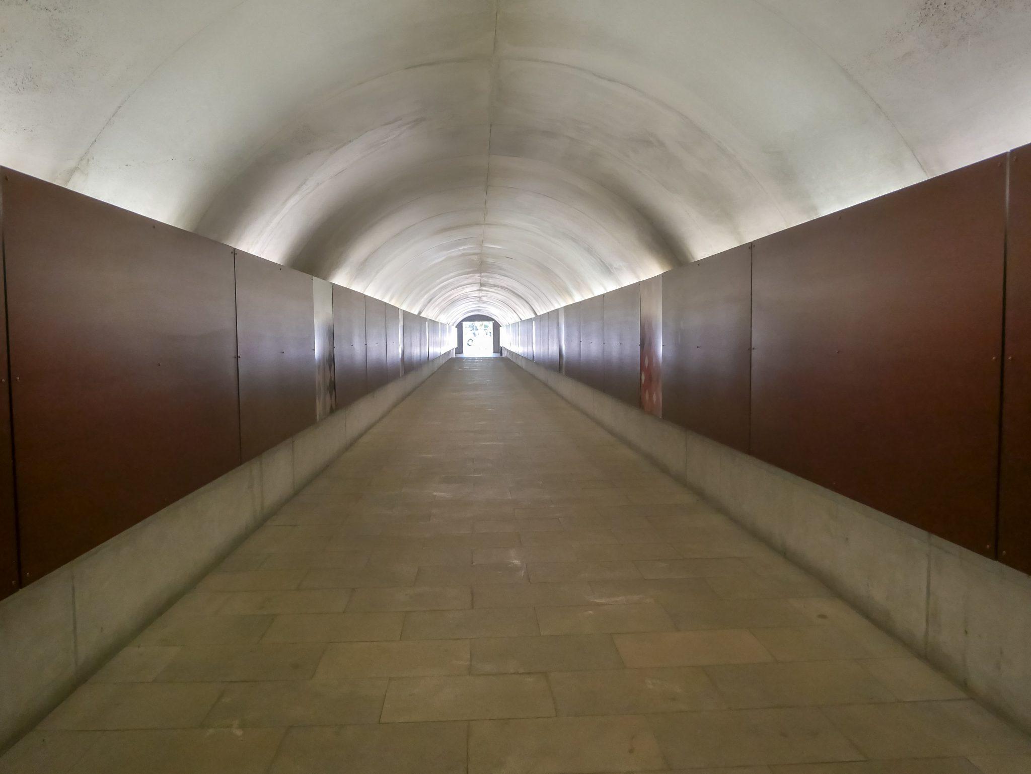 Dieser ewig lange Tunnel bringt dich zum Aufzug, welcher dich zum Alcazaba hochfährt.