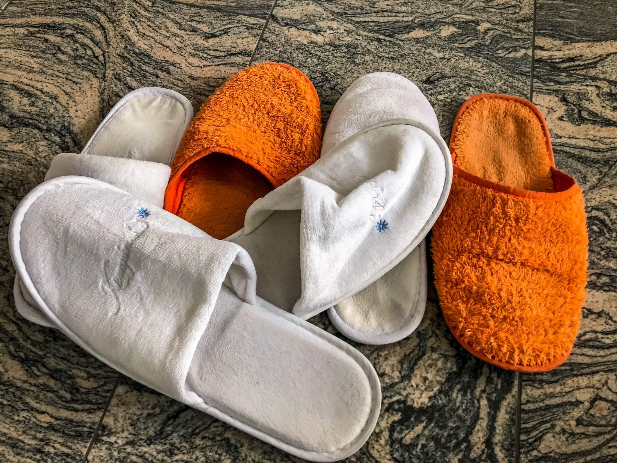 Damit nicht Tausende von Haaren und Anderes an den Füßen klebt, ist es sehr ratsam Badeschlappen im Gepäck zu haben.
