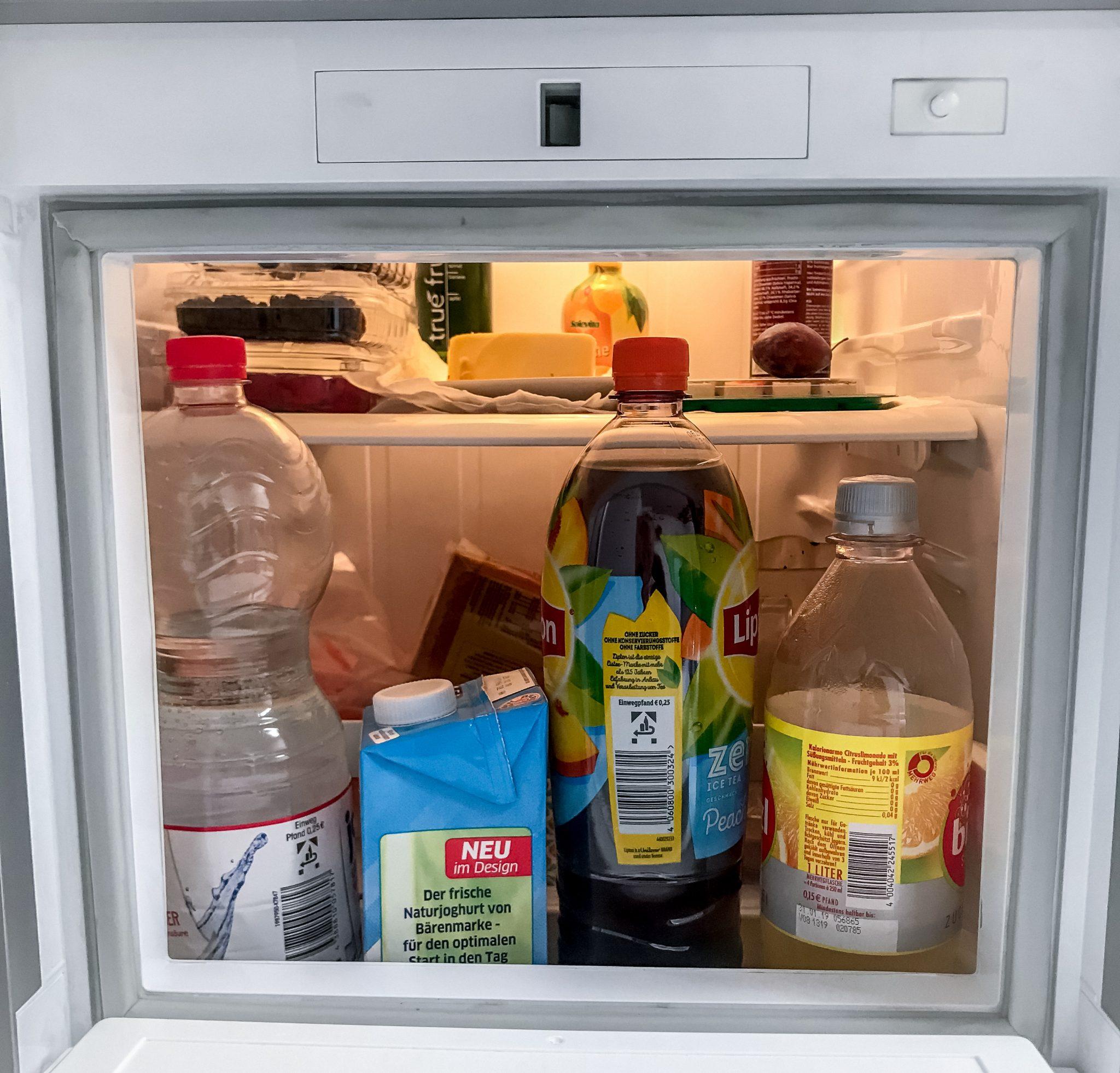 Der bereitgestellte Kühlschrank vom Hostel kann oft sehr chaotisch sein, deshalb schreib unbedingt deinen Namen auf deine Lebensmittel.