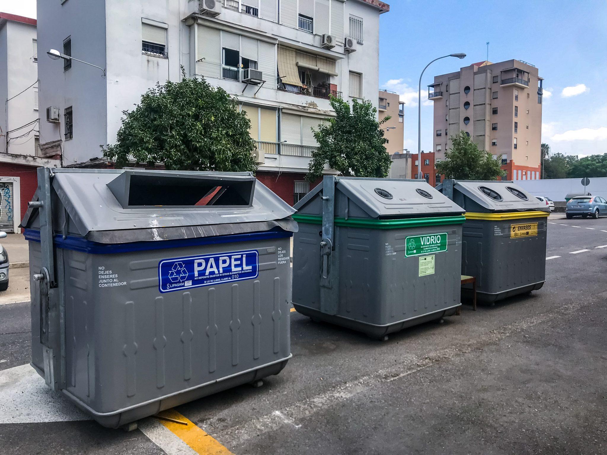 So sehen Mülltonnen in Sevilla aus... Uneingezäunt auf der Straße, damit jeder seinen Müll dort hineinwerfen kann.