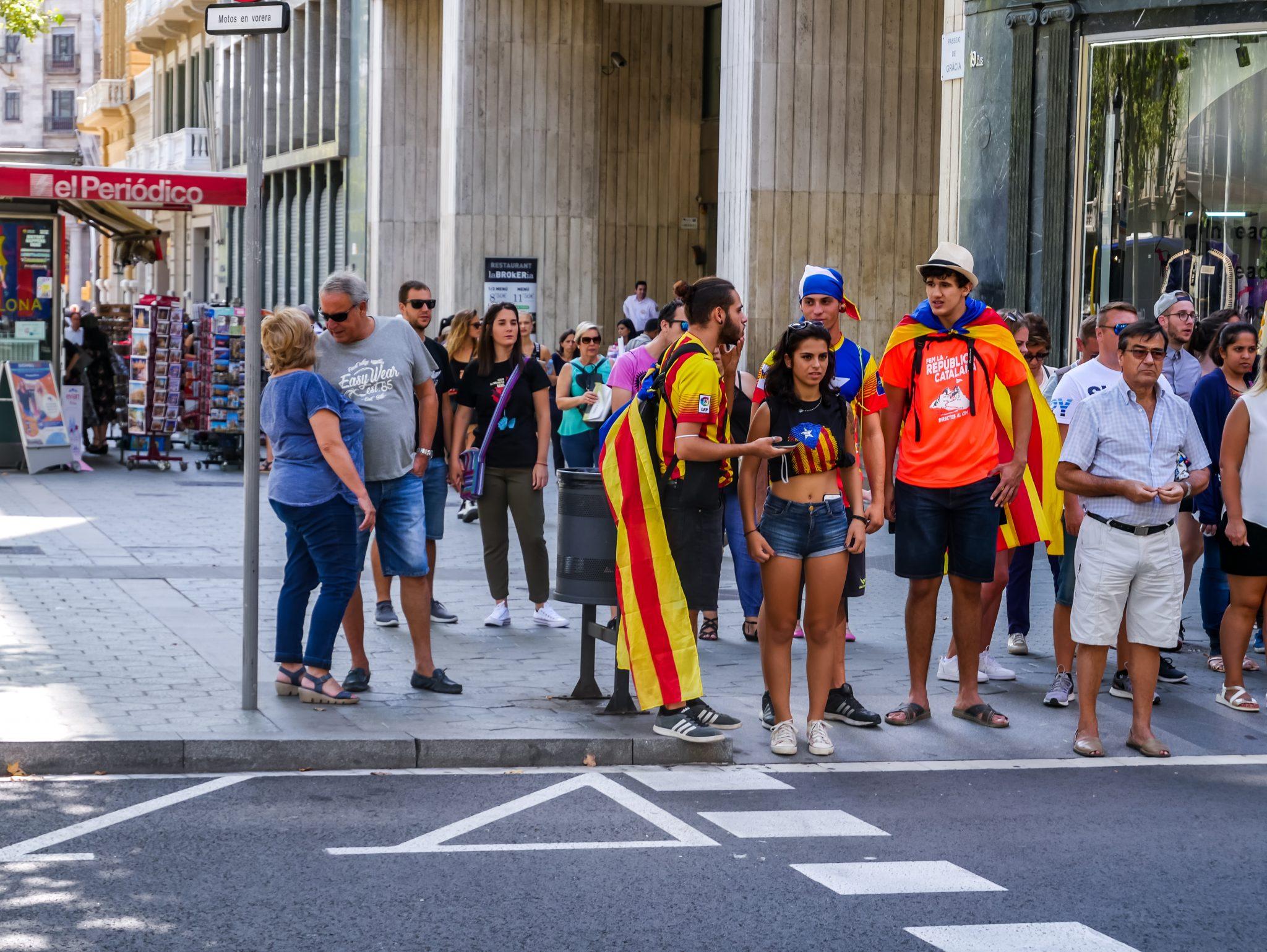 """Viele Katalanen tragen an ihrem beliebten Feiertag """"Diada Nacional de Catalunya"""" ihre Flagge als Umhang, wie hier in Barcelona, Spanien."""