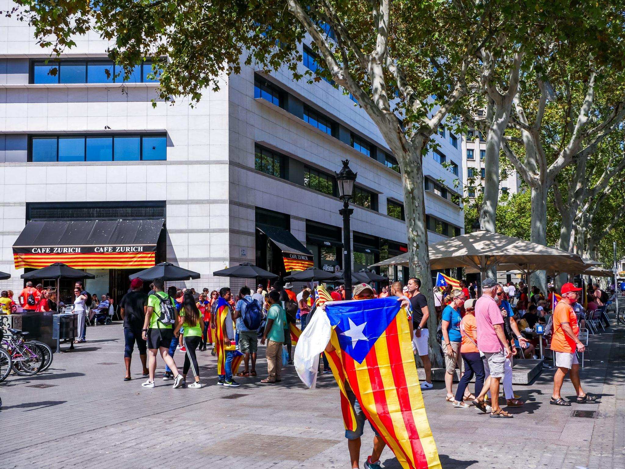 Überall stehen Menschen am Día de Cataluña, welche dir eine Flagge für die Unabhängigkeitsbewegung verkaufen möchten. Auf dem Bild direkt neben dem Plaza de Cataluña in Barcelona.