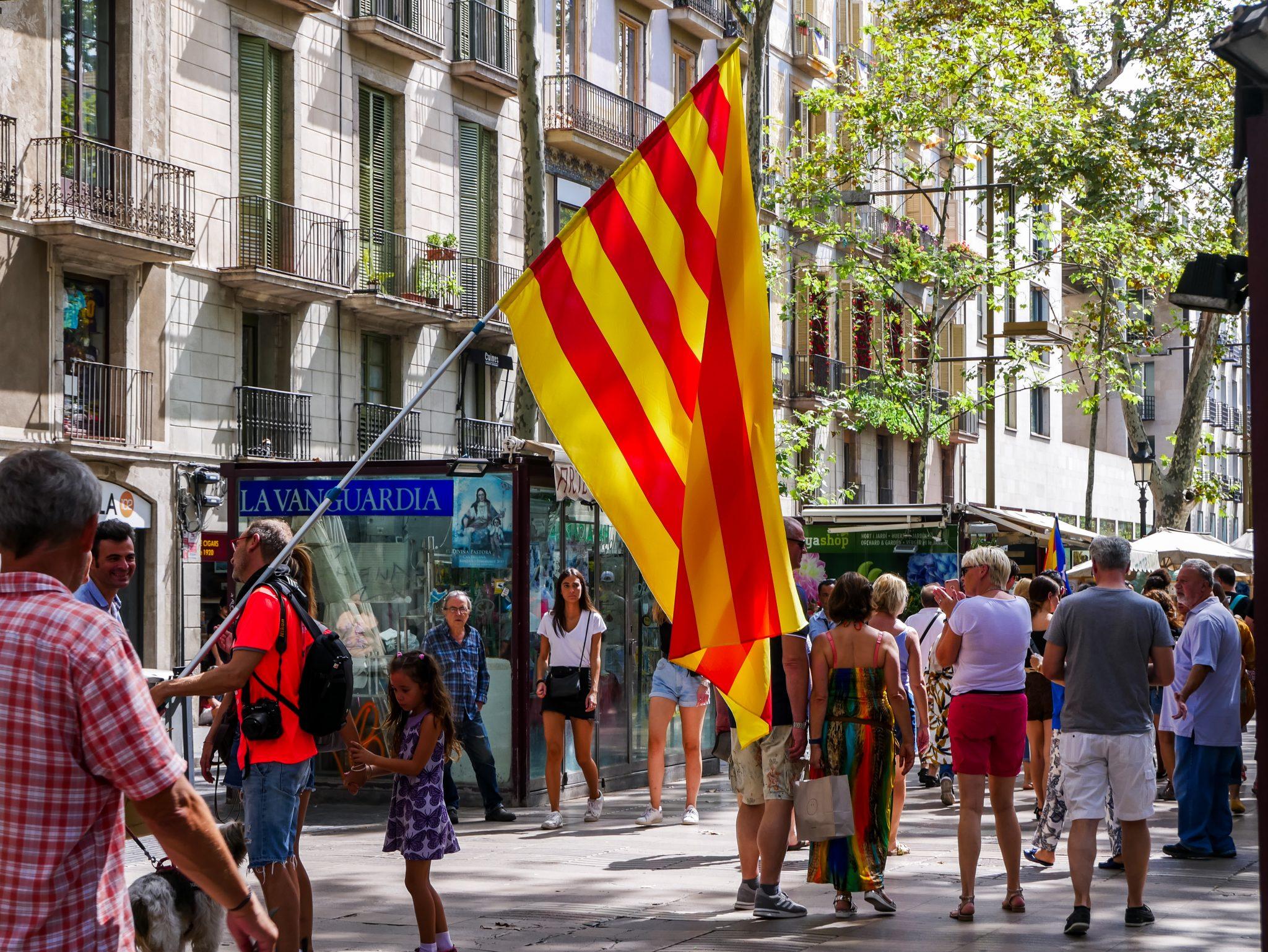 Eine der wenigen offiziellen Flaggen während des Día de Cataluña in Barcelona. Dafür jedoch in Übergröße.