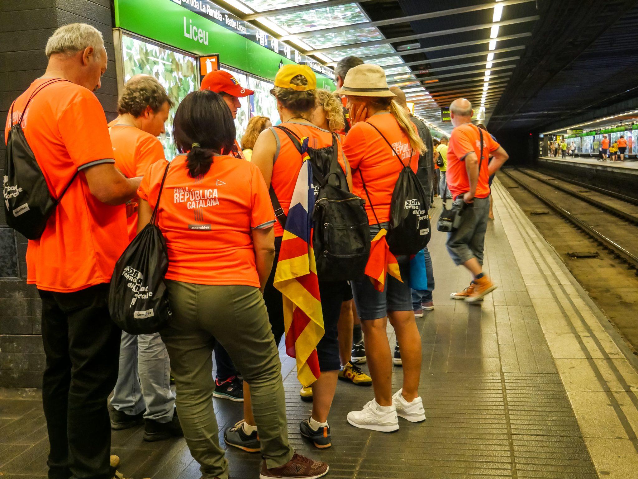 Die Metrostationen in Barcelona sind während des Día de Cataluña komplett überfüllt mit Fahnenträgern.