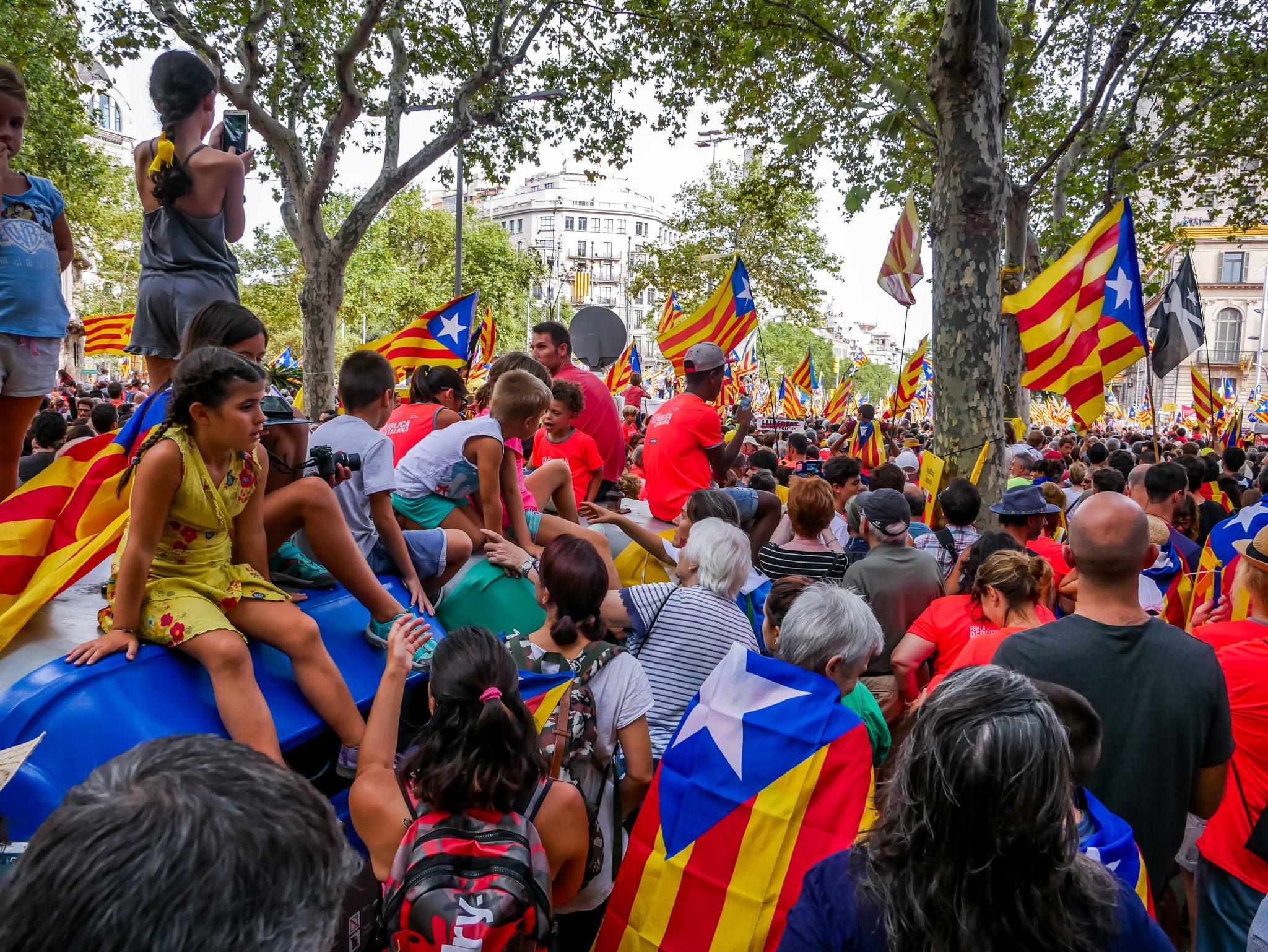 Ganze Familien haben an dem Feiertag in Katalonien teilgenommen. Die Kinder durften sich auf die riesen Müllcontainer stellen, damit sie besser sehen können, was in den Straßen von Barcelon passiert.
