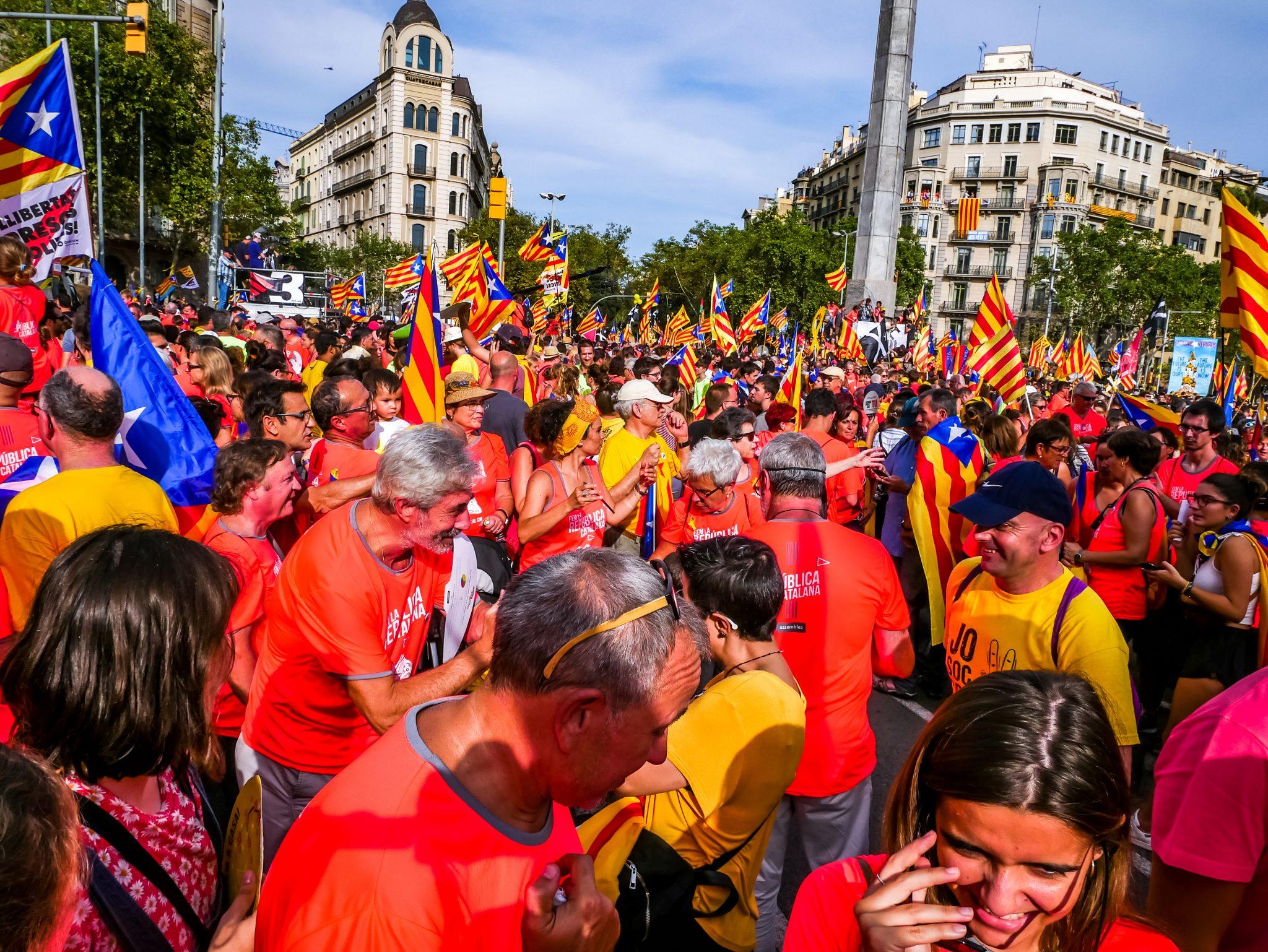 Ganz weit hinten links kannst du den Sender 3 erkennen, welcher Live gesendet hat, was auf den Straßen von Barcelona während des Día de Cataluña vor sich geht.