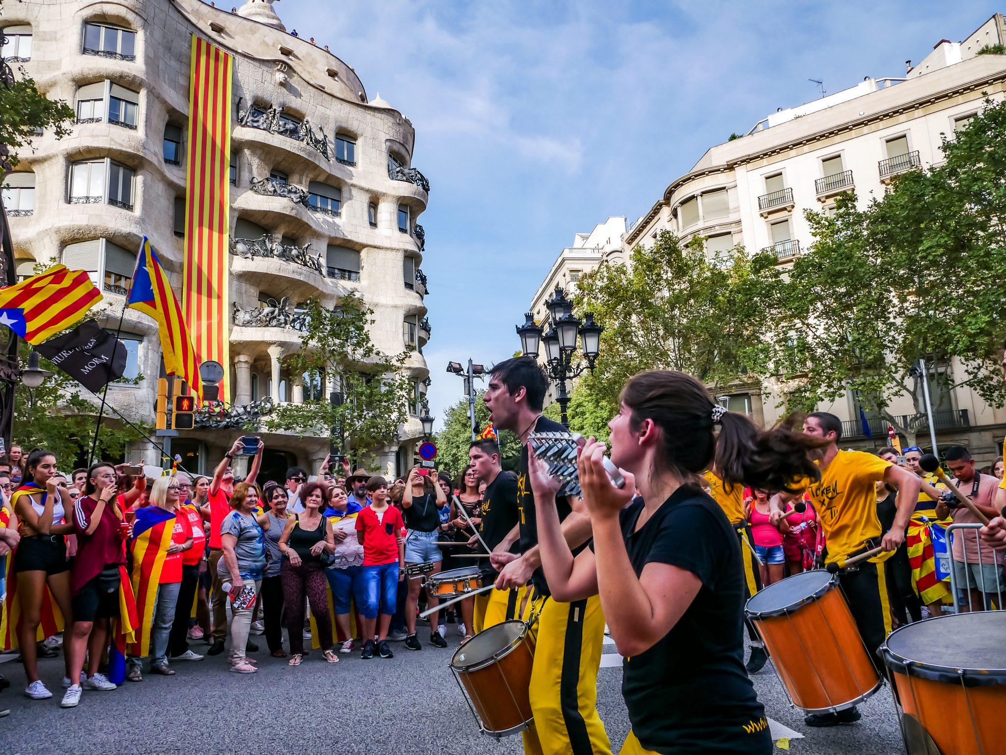 """Begleitet und geführt wird der Protestmarsch am """"Diada Nacional de Catalunya"""" von einzelnen Musikgruppen, welche die Massen von Straße zu Straße in Barcelona versammelt haben."""