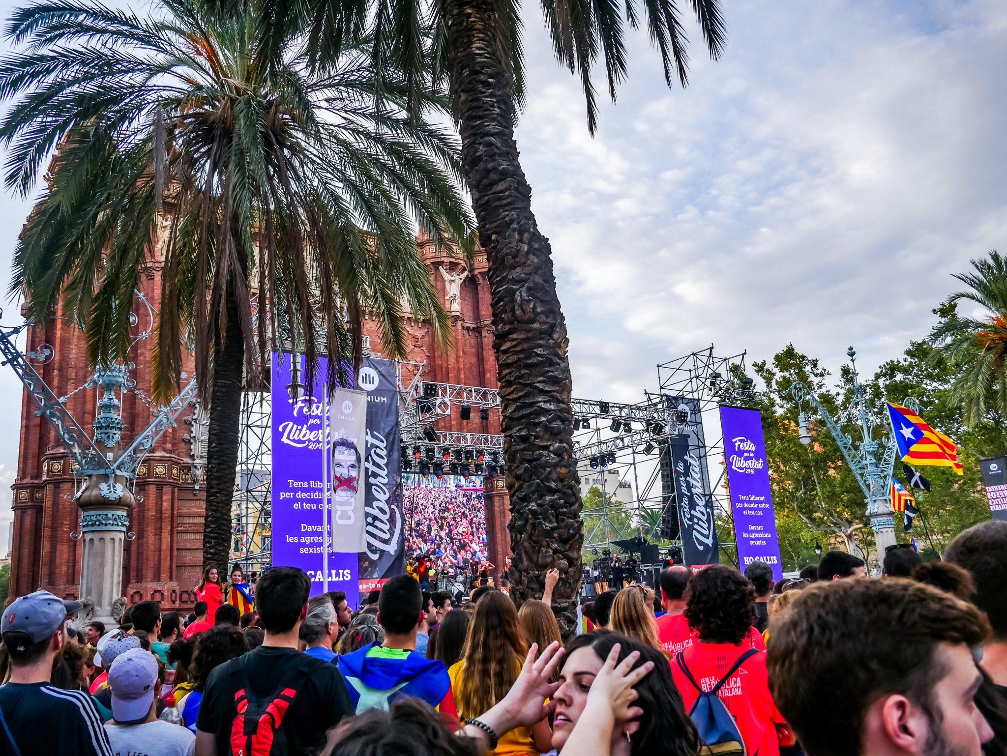 """Am """"Diada Nacional de Cataluñya"""" finden kostenlose Konzerte mit typischerkatalanischer Musik überall verteilt in der Stadt statt, beispielsweise am Arc de Triomf in Barcelona."""