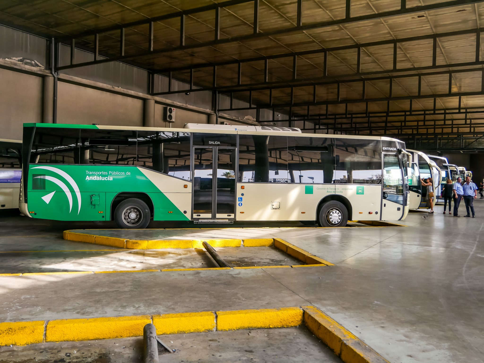 Busse am Plaza de Armas in Sevilla.