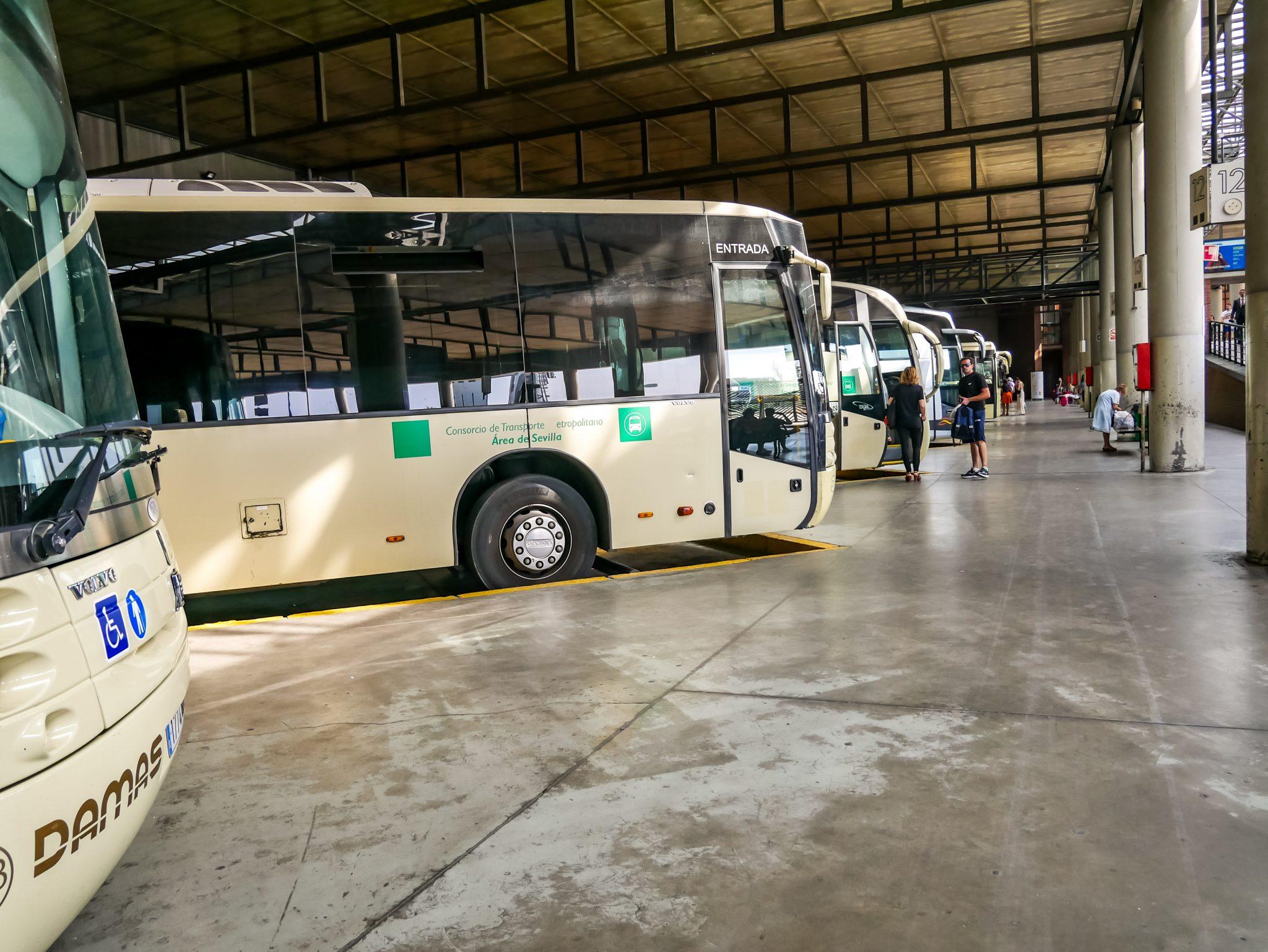 So sehen die Bussteige und viele der Busse am Plaza de Armas in Sevilla aus.