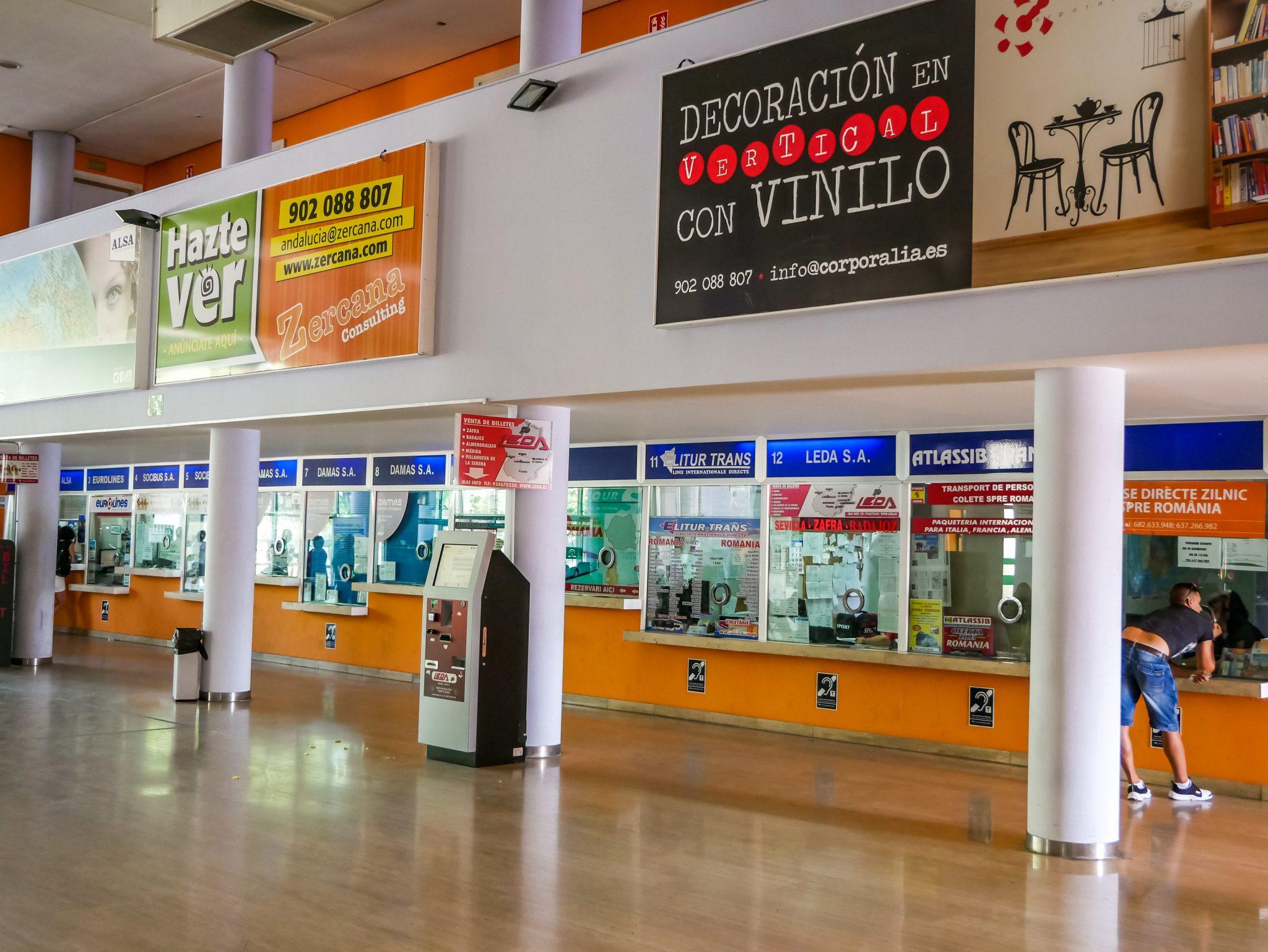 In der Eingangshalle, welche gleichzeitig als Wartebereich genutzt wird, sind ebenfalls sehe viele Unternehmen vertreten, bei welchen du dein Ticket (für weit entfernte Ziele) kaufen kannst.