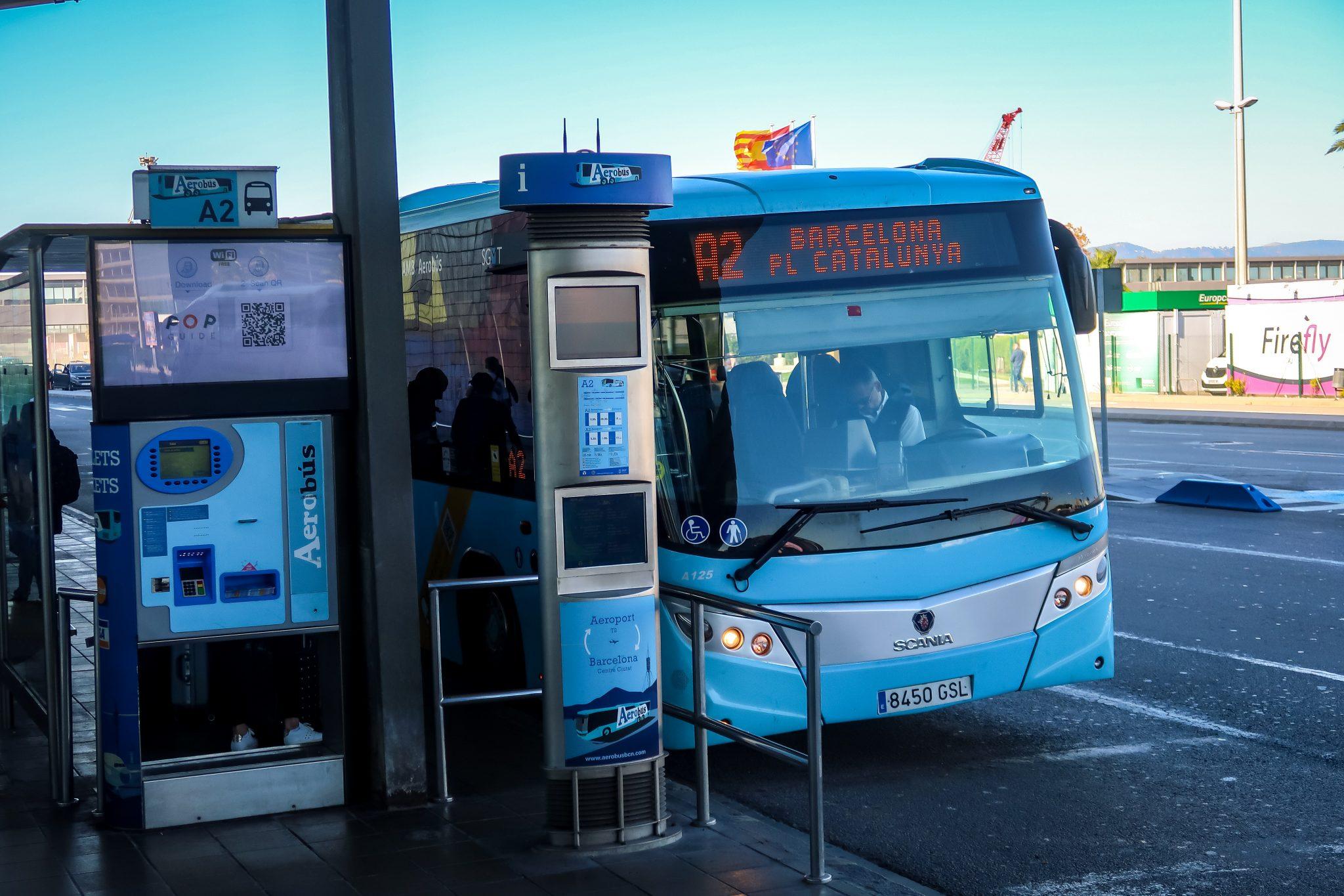 Das ist die Haltestelle des Aerobusses vor dem Terminal 2 des Flughafen El Prat Barcelona.