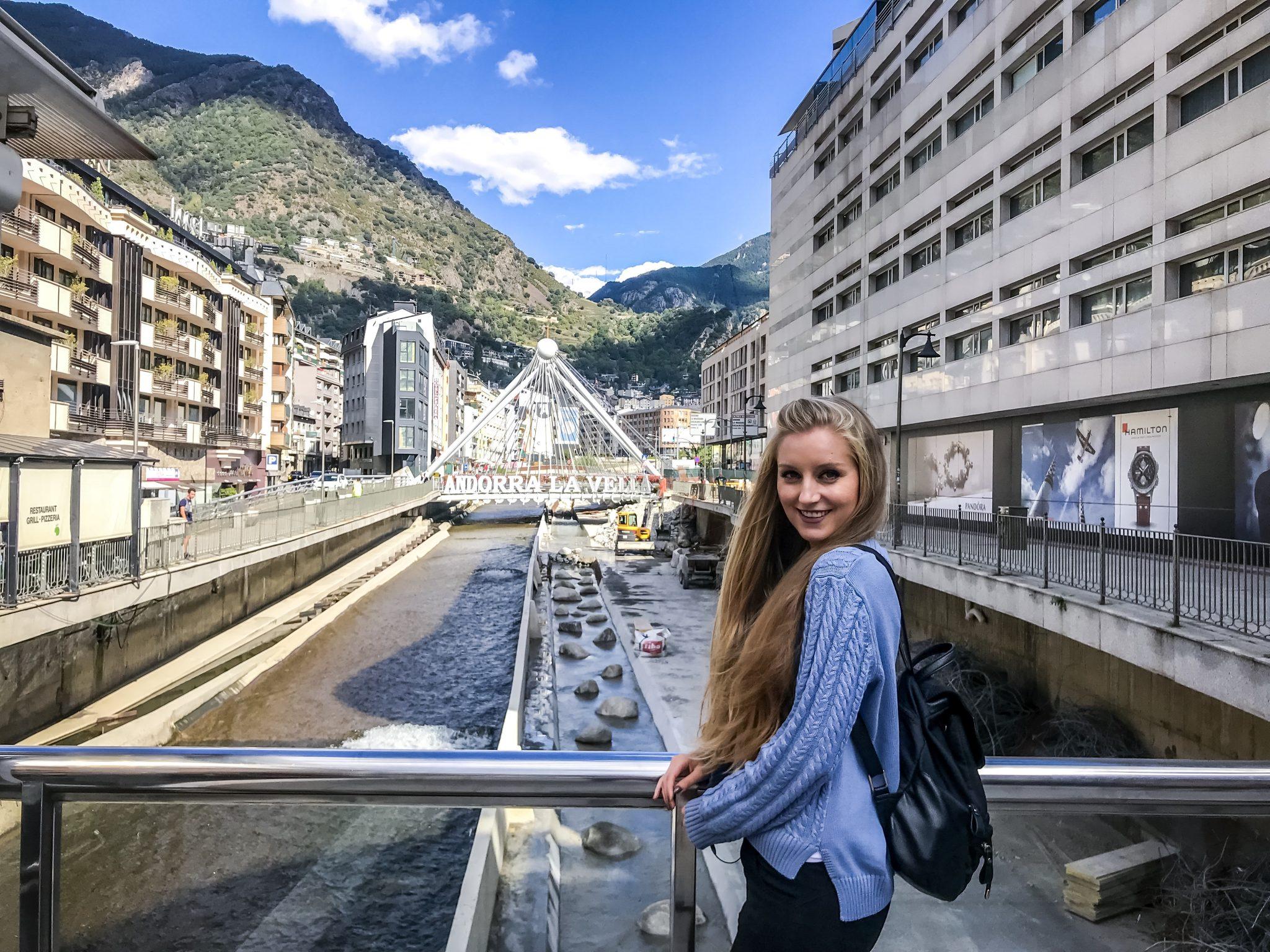 Direkt hinter der überdimensionalen Uhr befindet sich ein weiteres hübsches Fotomotiv - die Brücke mit dem Namen der Hauptstadt.