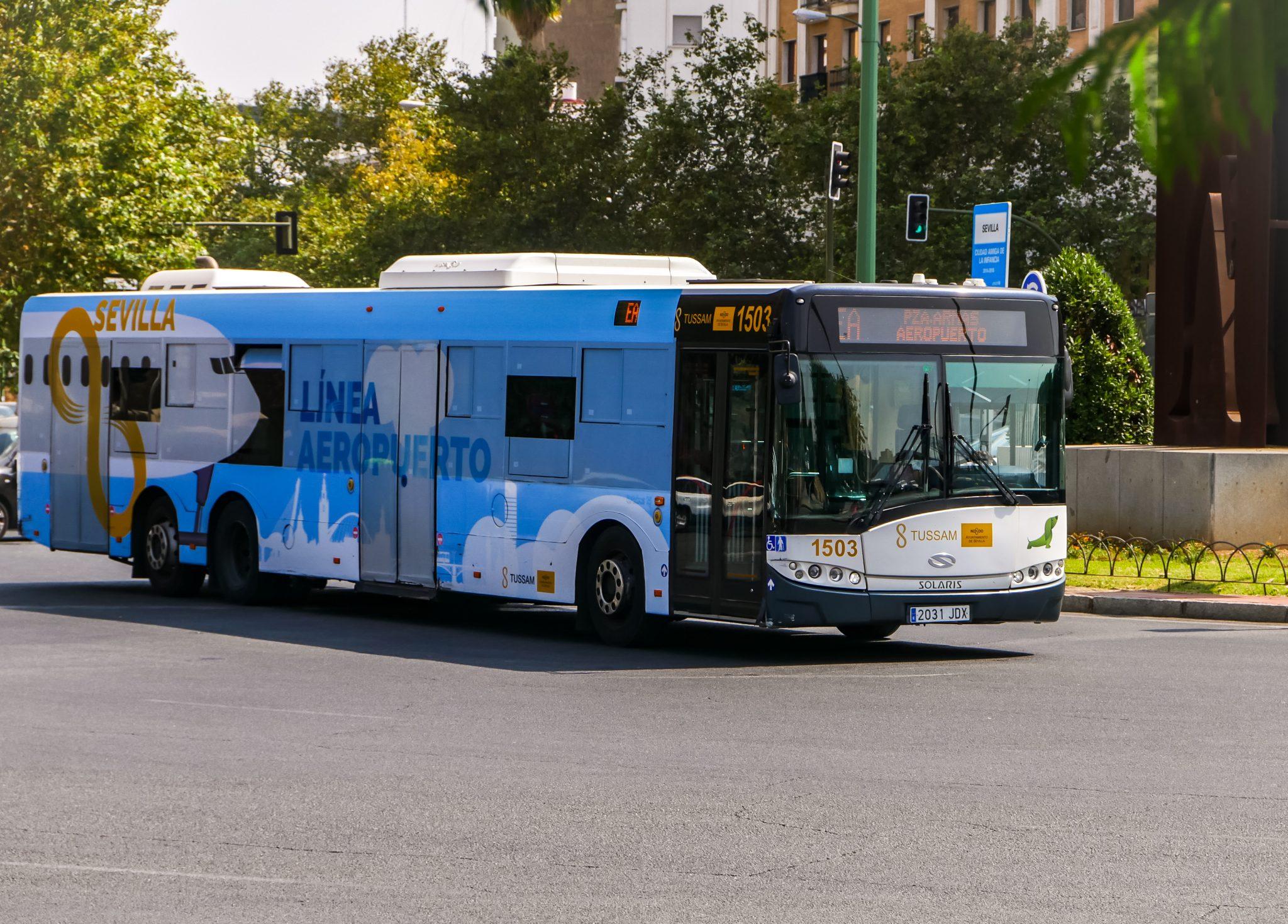 """Mit dem Bus EA (Especial Aeropuerto) des Verkehrsbetriebes Tussam dauert es um die 30 - 35 Minuten, wenn du bis zur Endstation, demBusbahnhof """"Estación Plaza de Armas"""" fährst."""