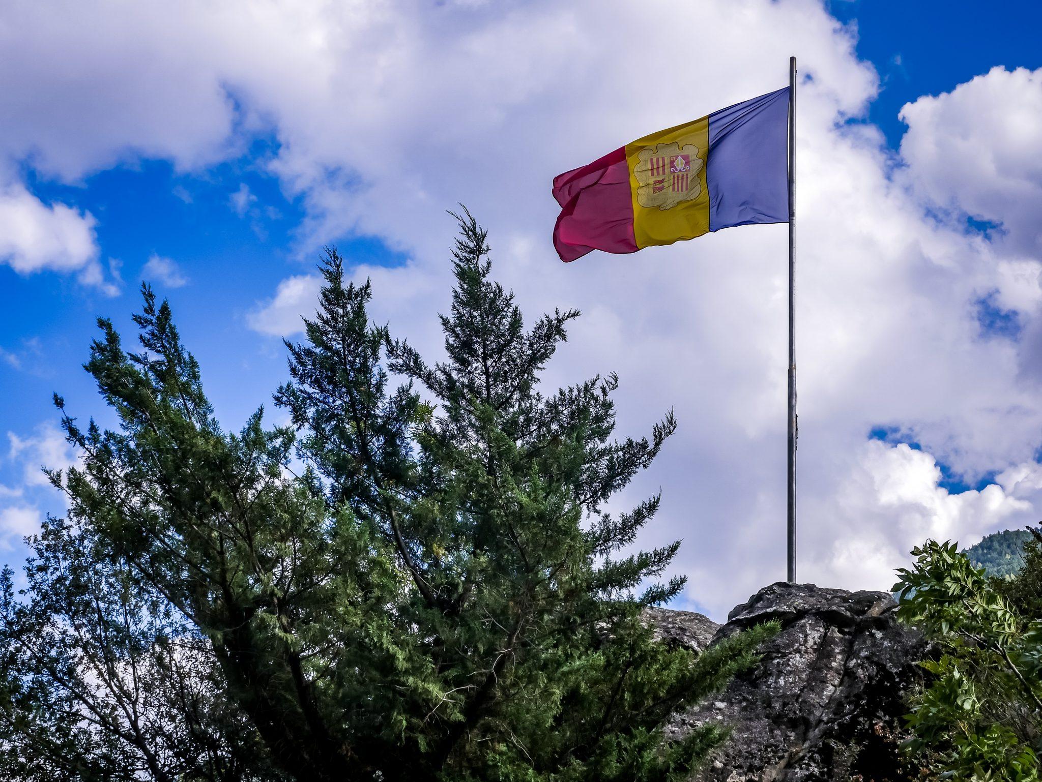 Die offizielle Fahne von Andorra kann man überall in dem Land bestaunen.