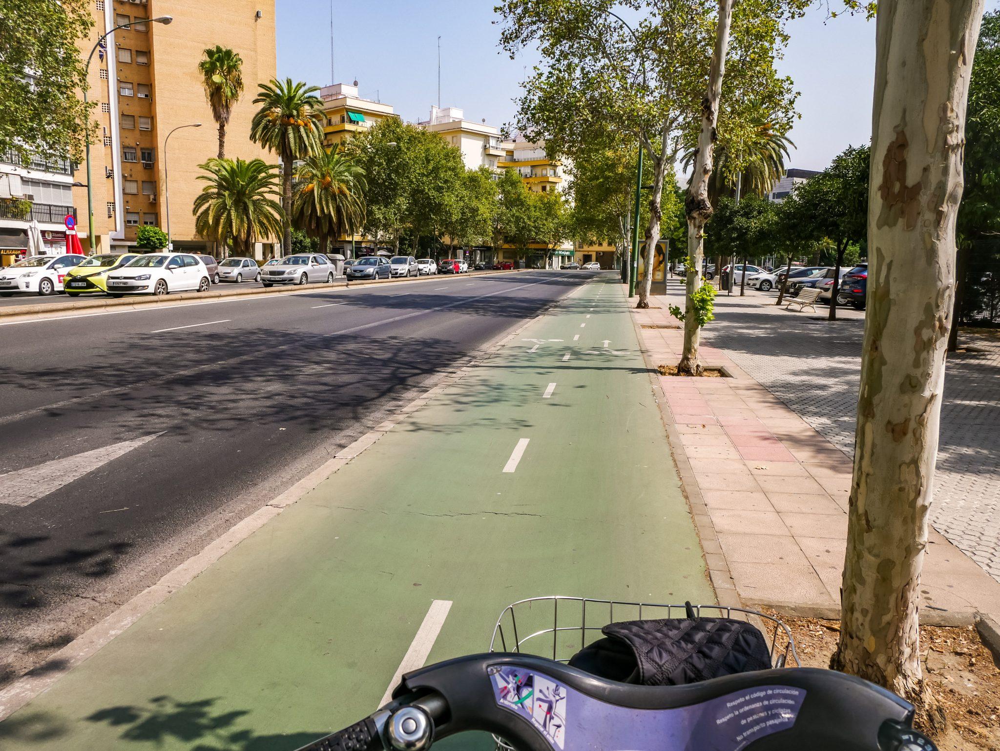 Die Fahrradwege in Sevilla sind sehr gut ausgebaut. Links ist die Gegenrichtung (wie, als ob du Auto fährst).