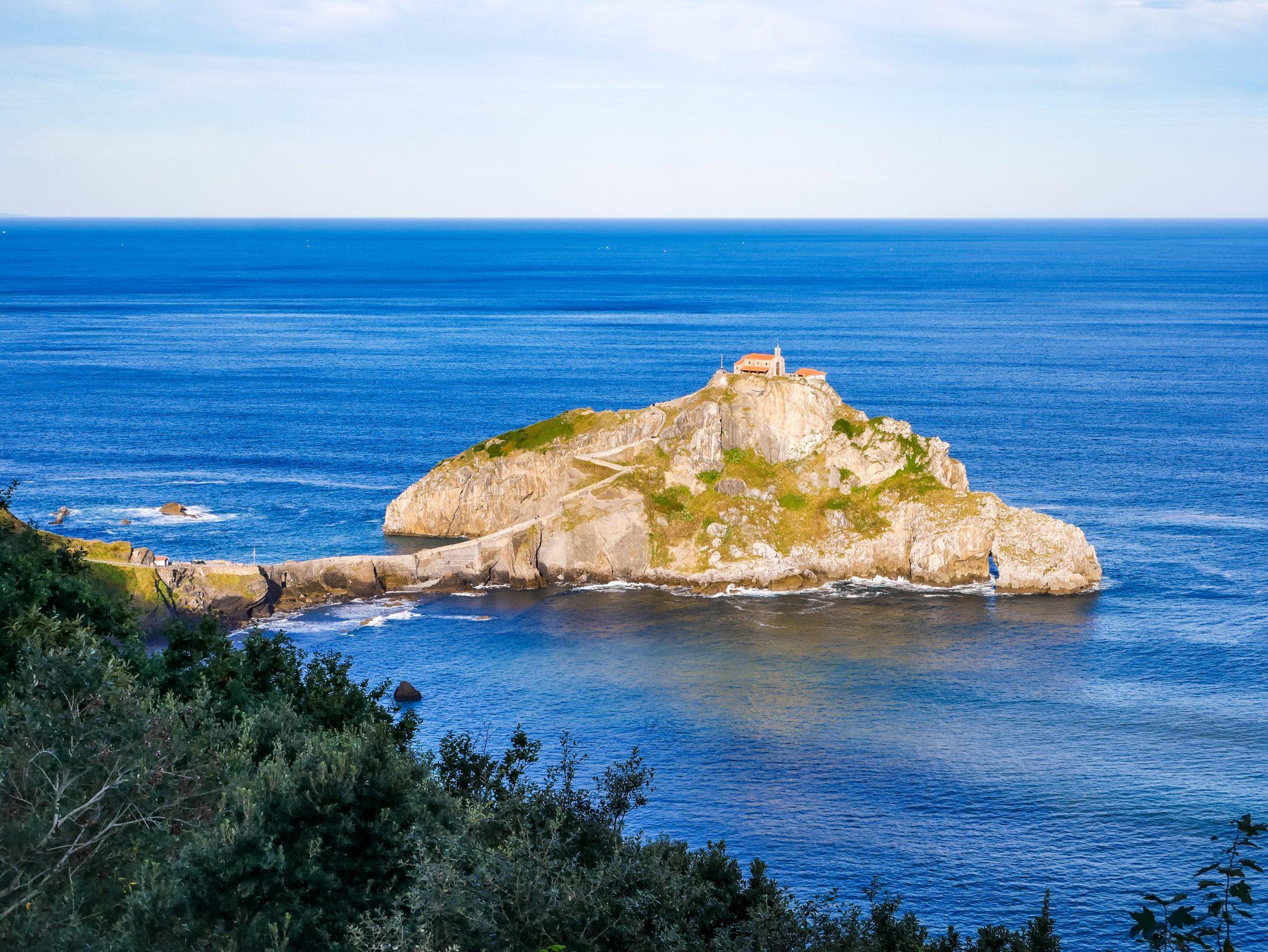 Bereits von weitem kannst du die Felsinsel San Juan de Gaztelugatxe bestaunen.