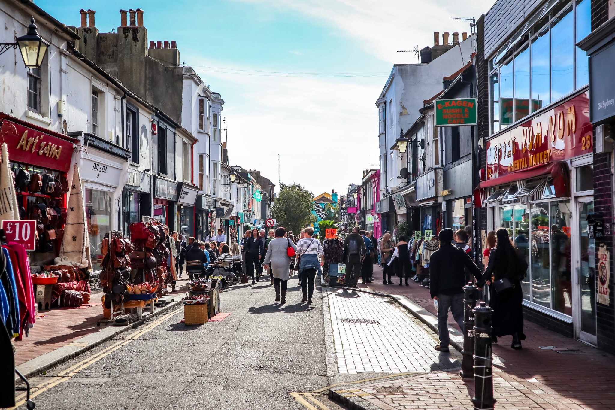 Die Lanes musst du während deines Brighton-Aufenthalts besuchen. Damit sind kleine, schmale Straßen gemeint, die in Brightons Zentrum liegen.