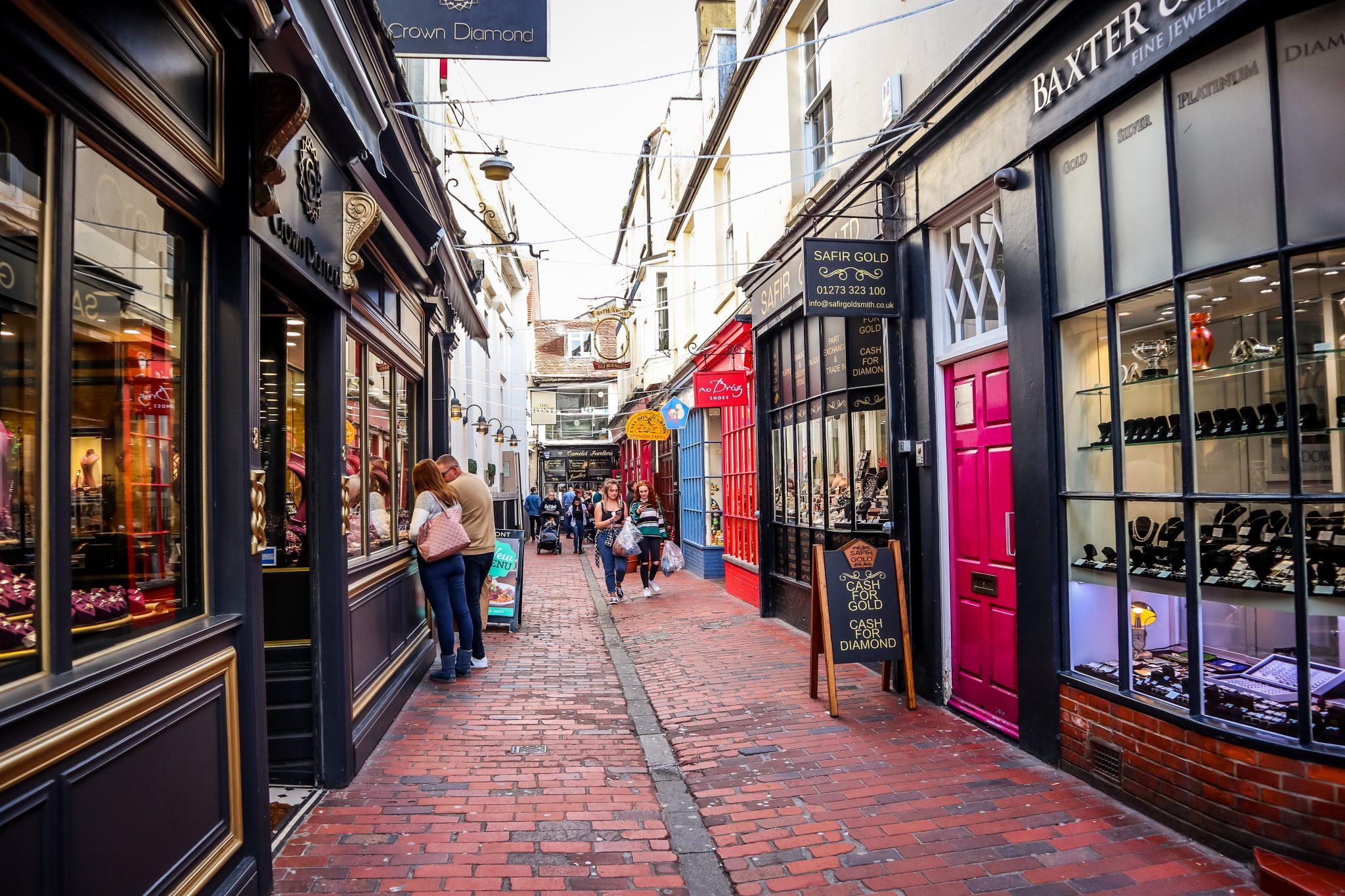 Muss auf deiner To-Do-Liste für deinen Brighton Besuch ganz weit oben stehen: die Lanes (kleine, schmale Straßen im Zentrum von Brighton)