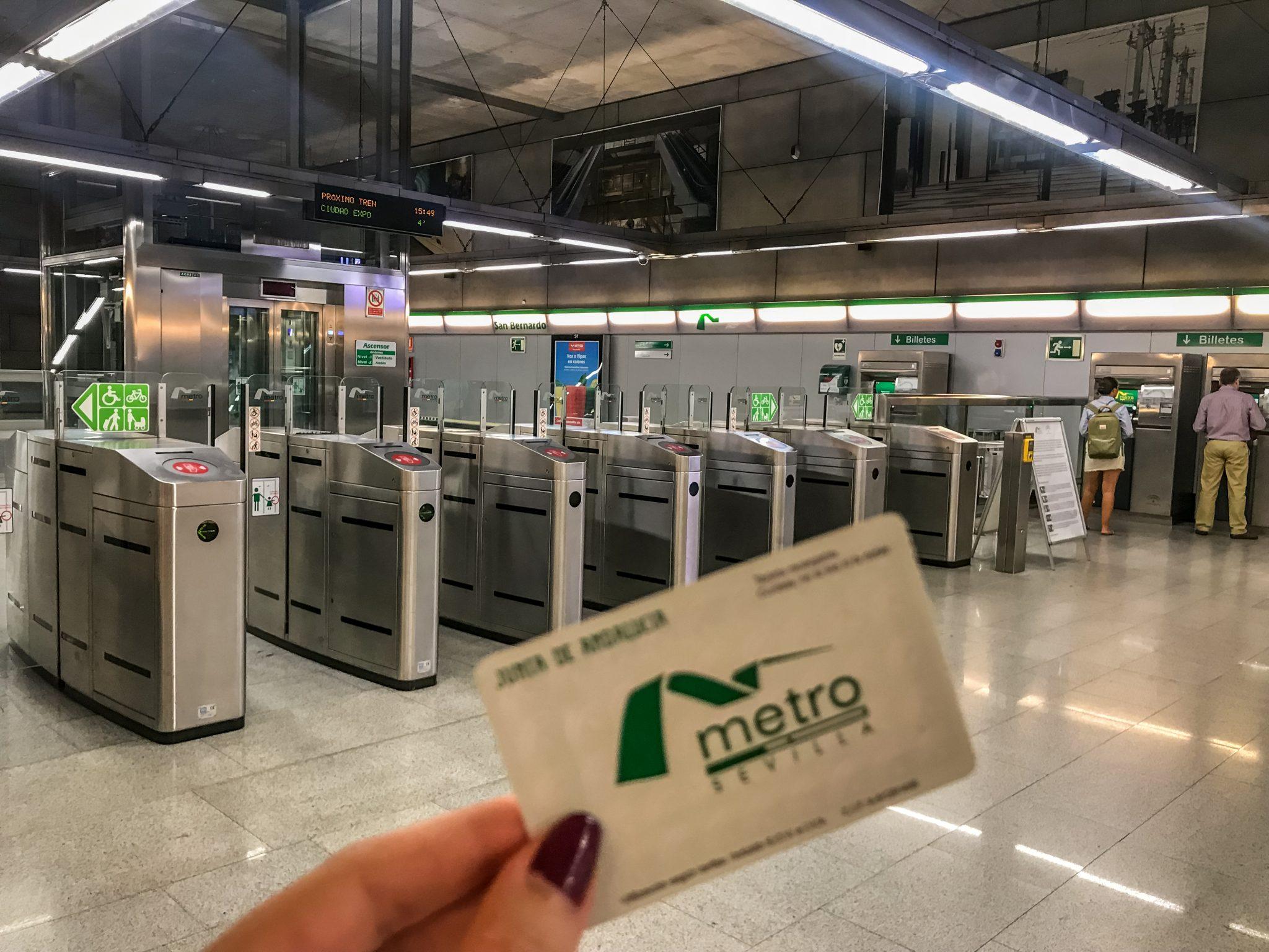 Das Einzelticket für die Metro kostet dich 1,35 € für eine Zone, 1,60 € für zwei Zonen und 1,80 € für drei Zonen.