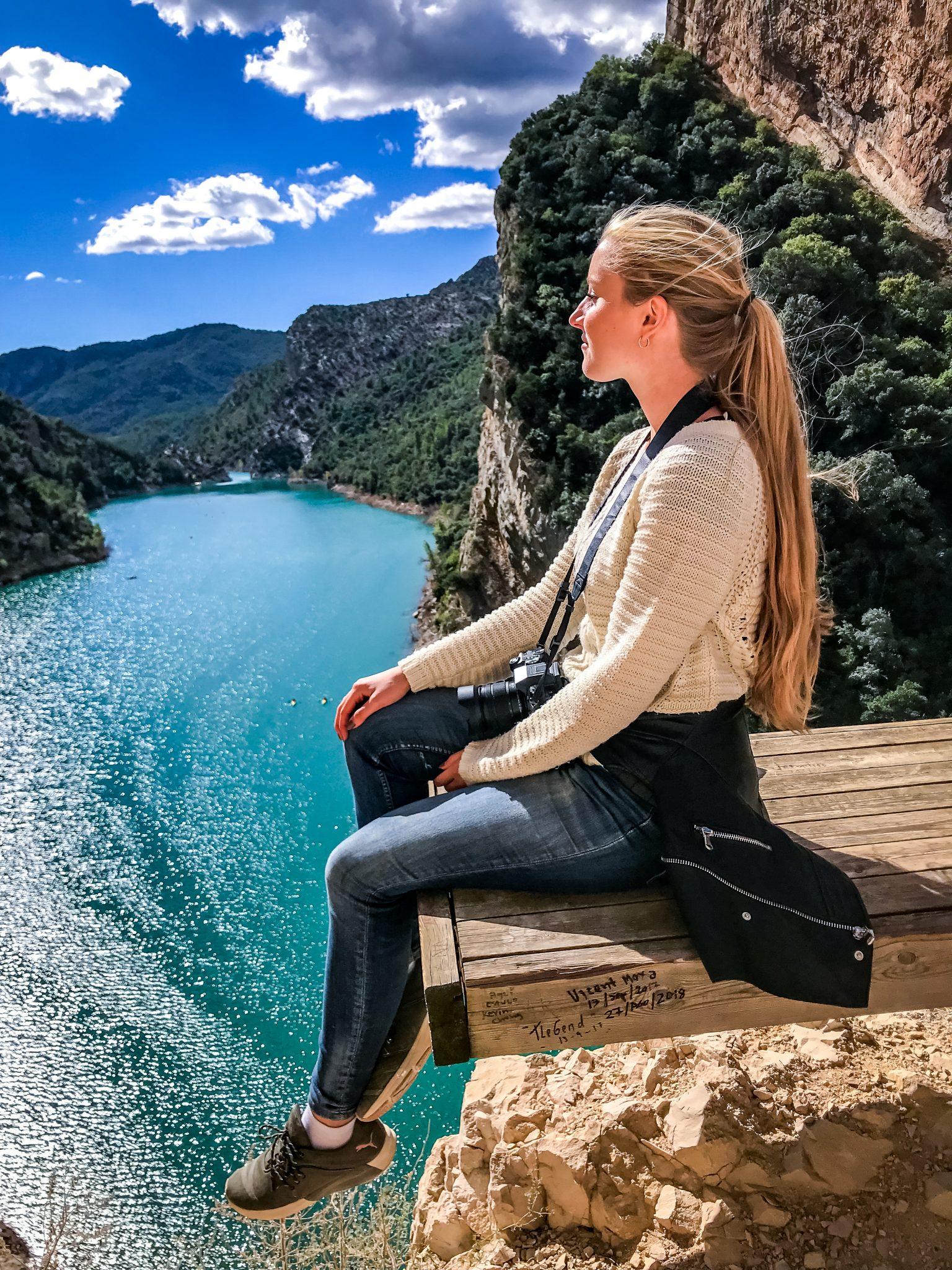 Es gibt sehr viele Möglichkeiten sich kurz auszuruhen und zu stärken und gleichzeitig die herrliche Aussicht auf die Schlucht des Mont Rebeis zu genießen.