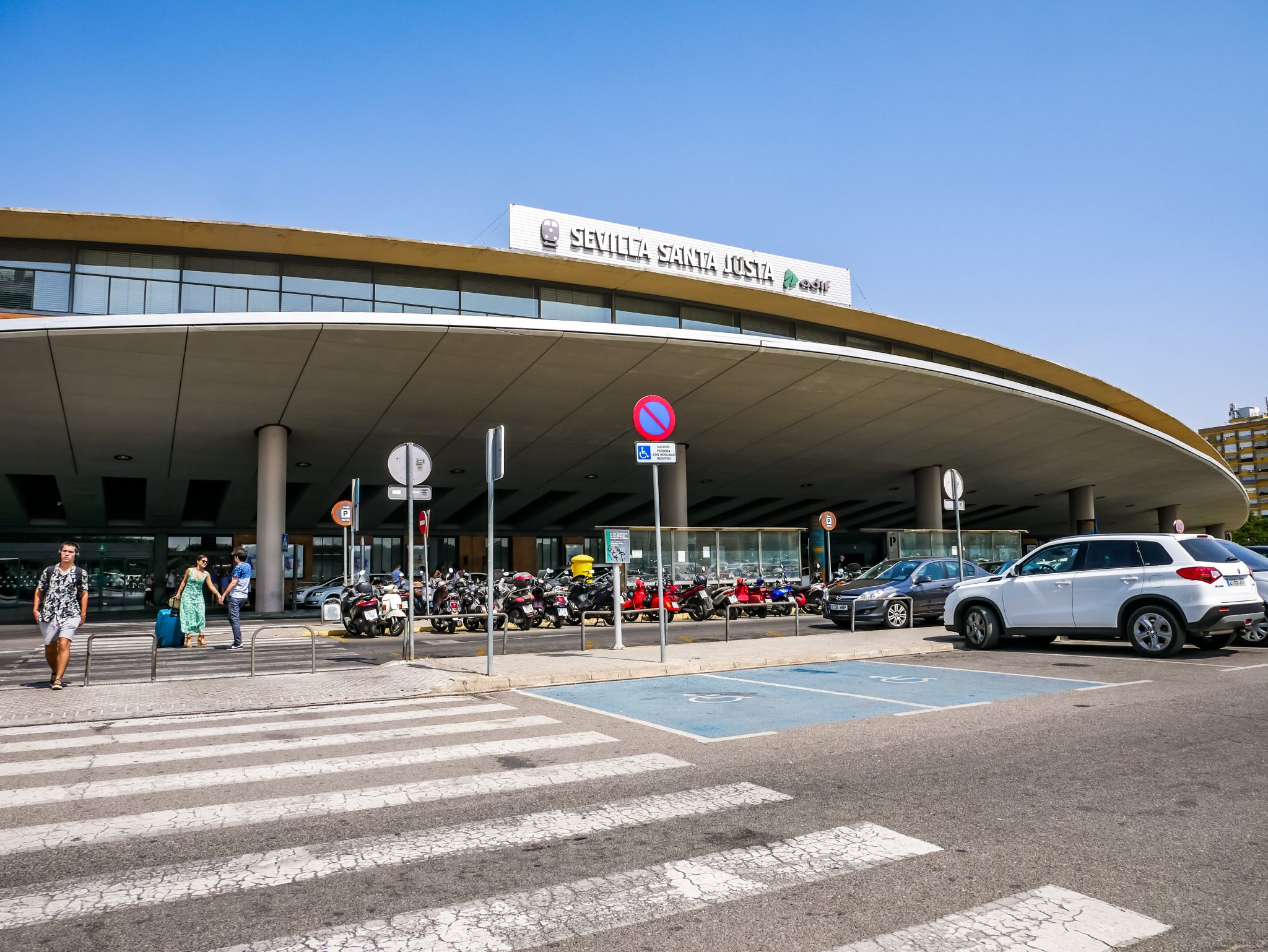 """So sieht Sevillas Hauptbahnhof """"Santa Justa"""" von außen aus."""
