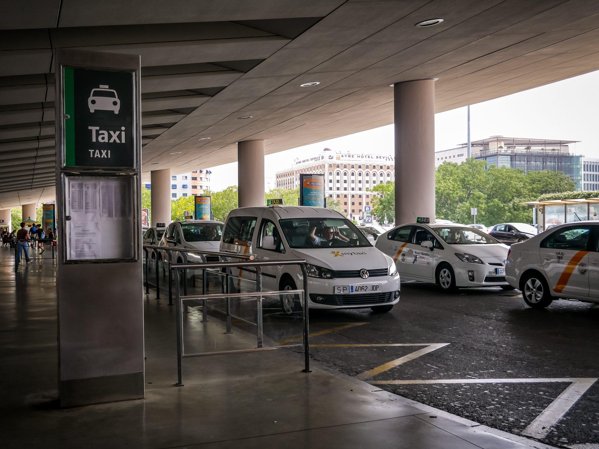 """Vor dem Hauptbahnhof """"Santa Justa"""" befindet sich ein Taxistand. Achtung: Die Taxifahrer nehmen eine Extra-Gebühr, wenn du dort einsteigst und noch einmal eine, wenn du einen (kleinen) Koffer dabei hast."""