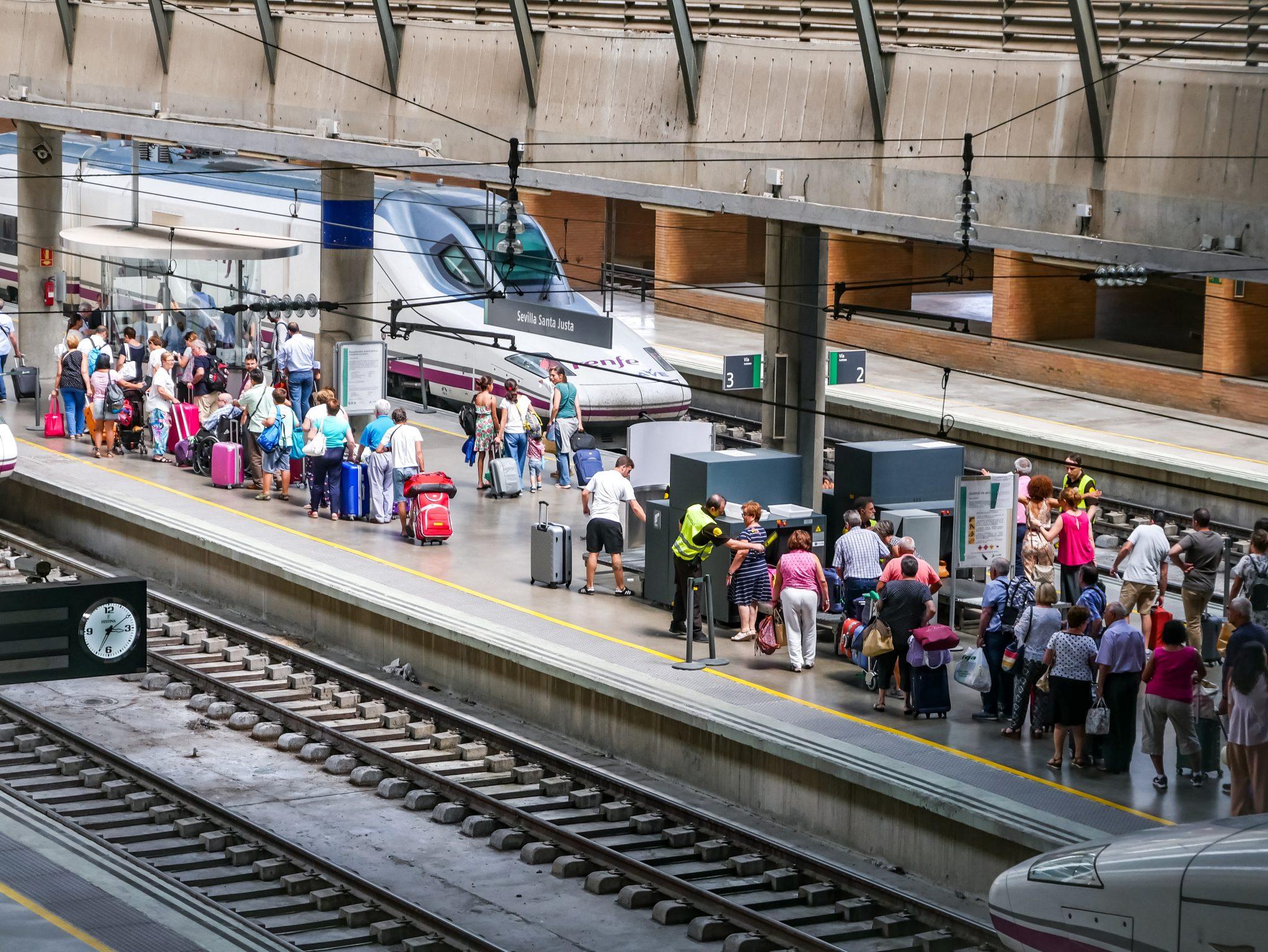 """Genauso wie am Flughafen von Sevilla werden du und dein Gepäck ebenfalls am Hauptbahnhof """"Santa Justa"""" auf den Langstrecken kontrolliert."""
