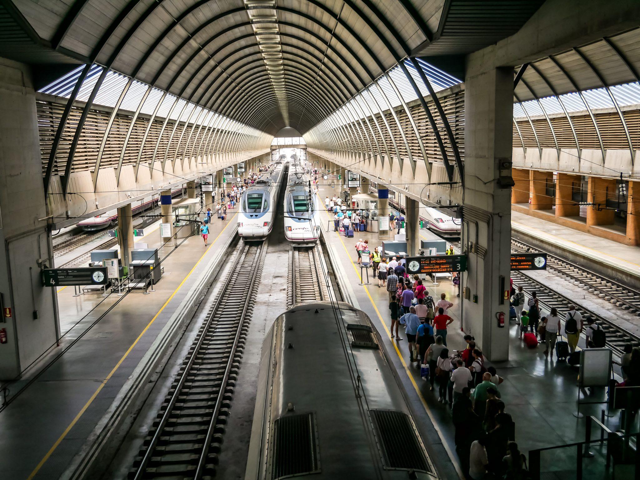 So sehen die Gleise des Hauptbahnhofs Sevilla Santa Justa aus.