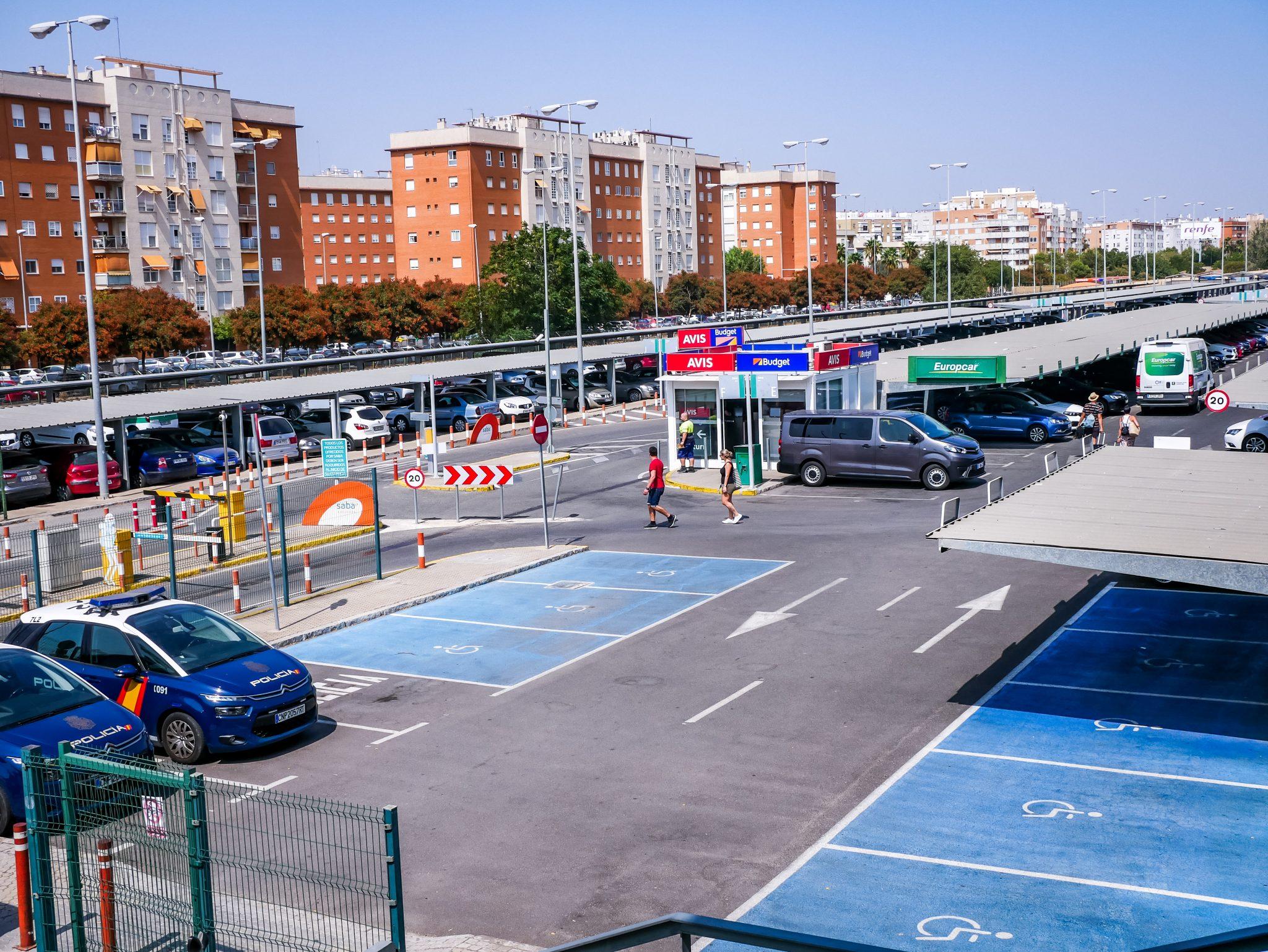 """Vor Sevillas Hauptbahnhof """"Santa Justa"""" gibt es mehrere Autovermietungsunternehmen, bei welchen du dir nach deiner anstrengenden Zugfahrt ein Auto mieten kannst."""