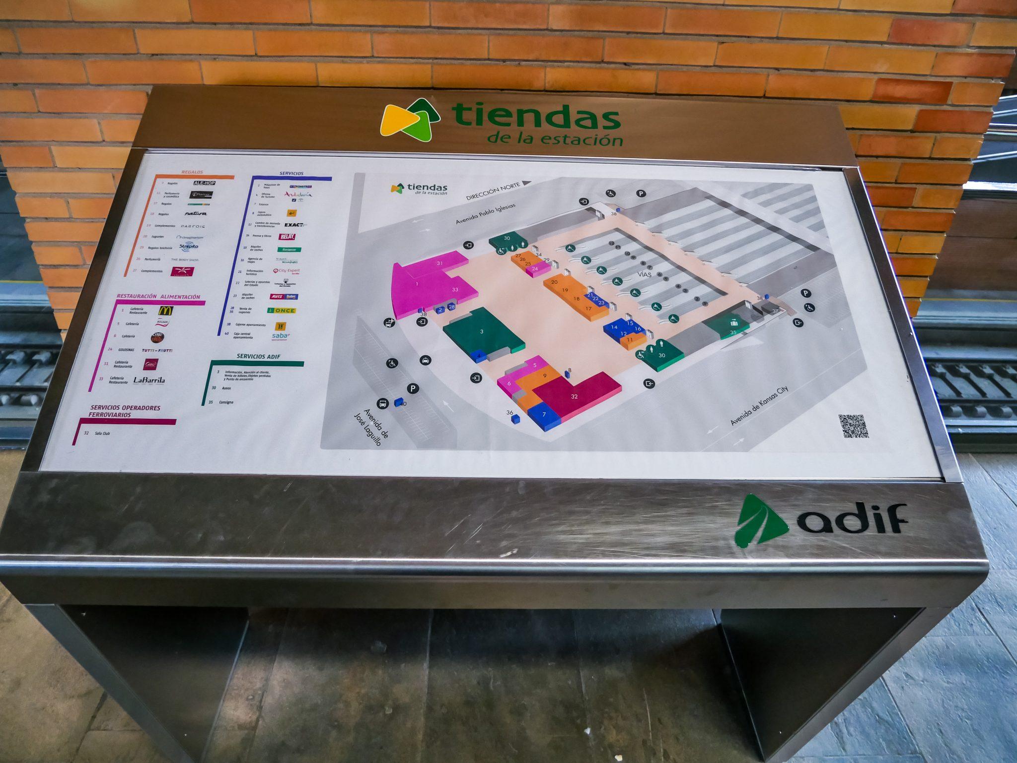 """Bevor du deine Reise antrittst, oder dein Zug Verspätung hat, bietet Sevillas Hauptbahnhof """"Santa Justa"""" viele Einkaufs- und Essensmöglichkeiten an."""
