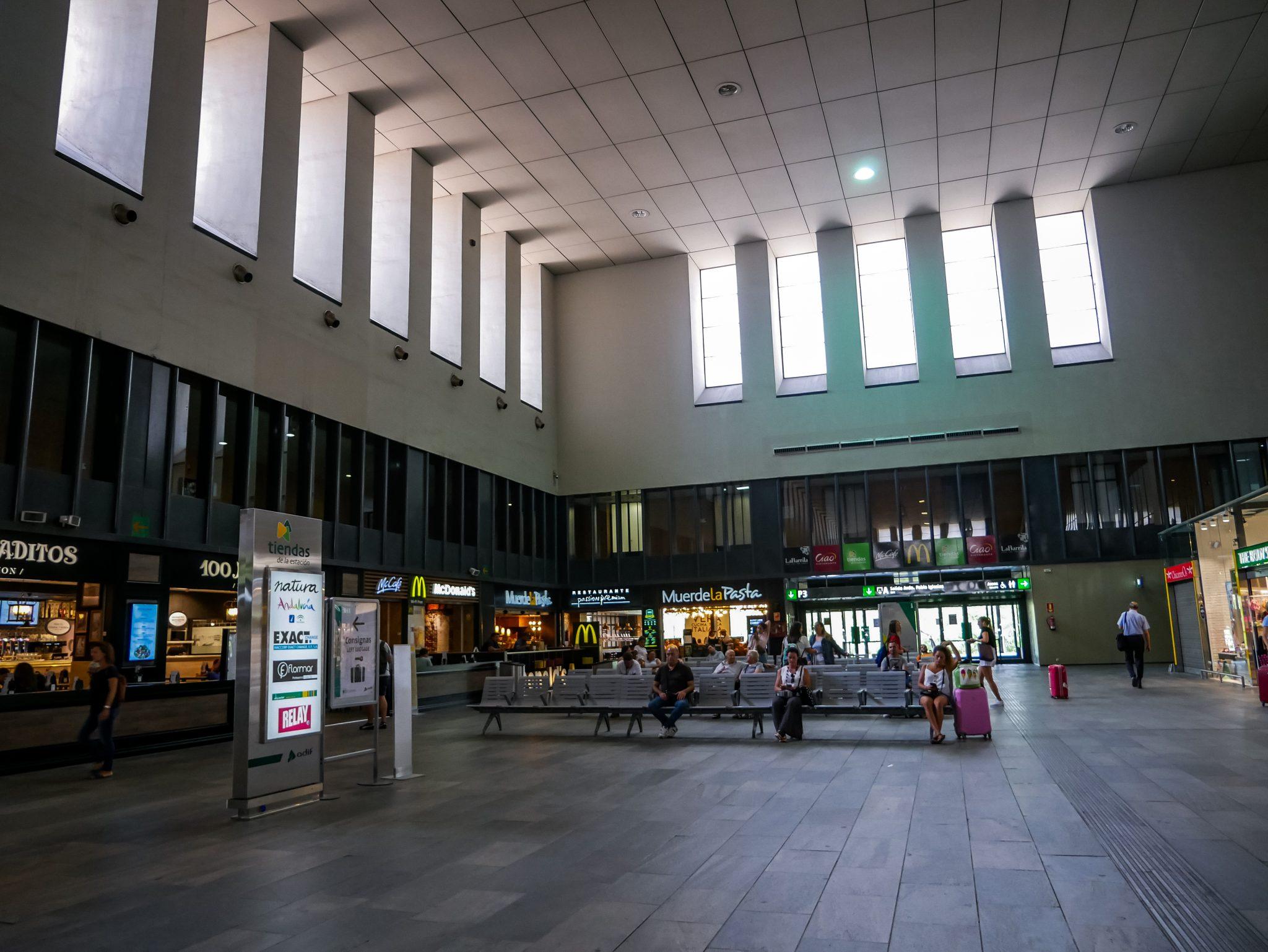 """Das ist eine Seite des Wartebereichs von Sevillas Hauptbahnhof """"Santa Justa""""."""