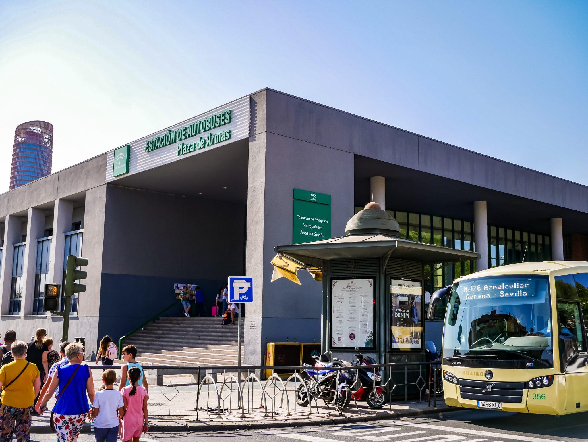 """So sieht das Gebäude des Busbahnhofs """"Plaza de Armas"""" von außen aus."""