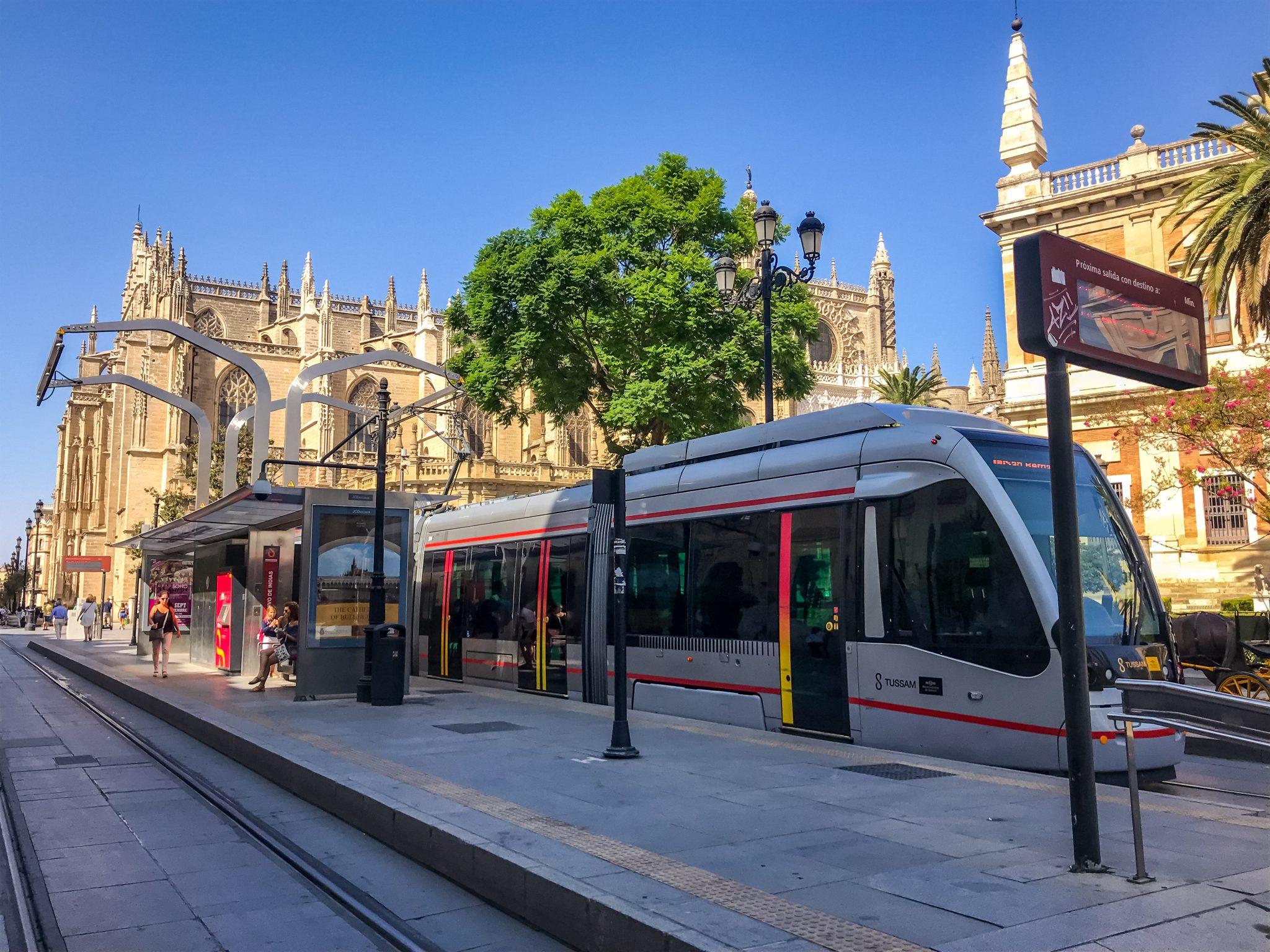 Die Tram in Sevilla hält direkt vor einer der größten Kathedralen der Welt.