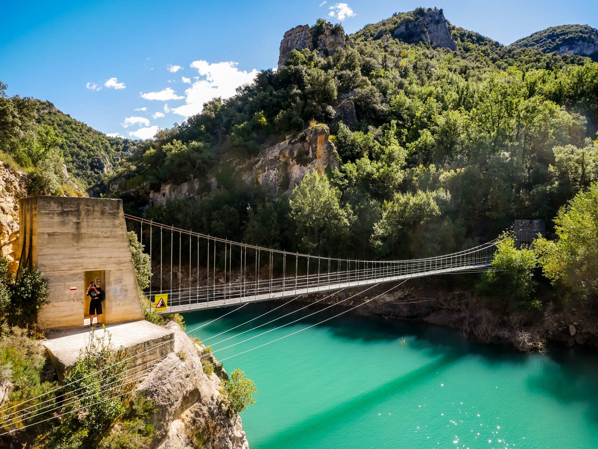 Von dieser Hängebrücke springen gerne viele herunter um sich abzukühlen, denn direkt neben der Brücke gibt es mehrere Felsen, die sozusagen wie eine Treppe fungieren. Probiere es aus, wenn es warm genug ist und du Schwimmsachen dabei hast.