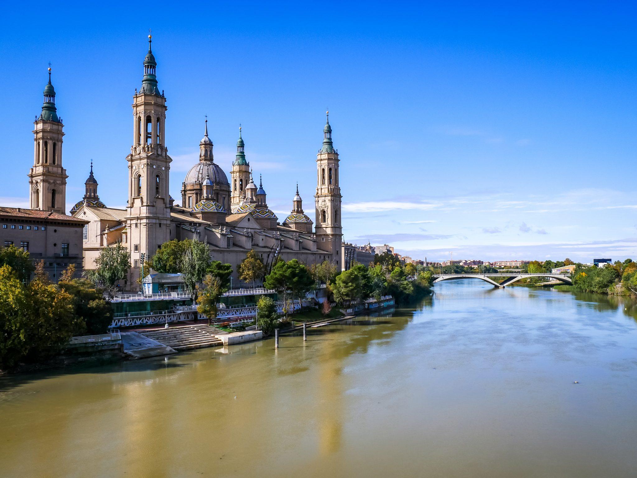 Von der Puente de Piedra hast du einen der besten Blicke auf die Basílica de Nuestra Señora del Pilar.