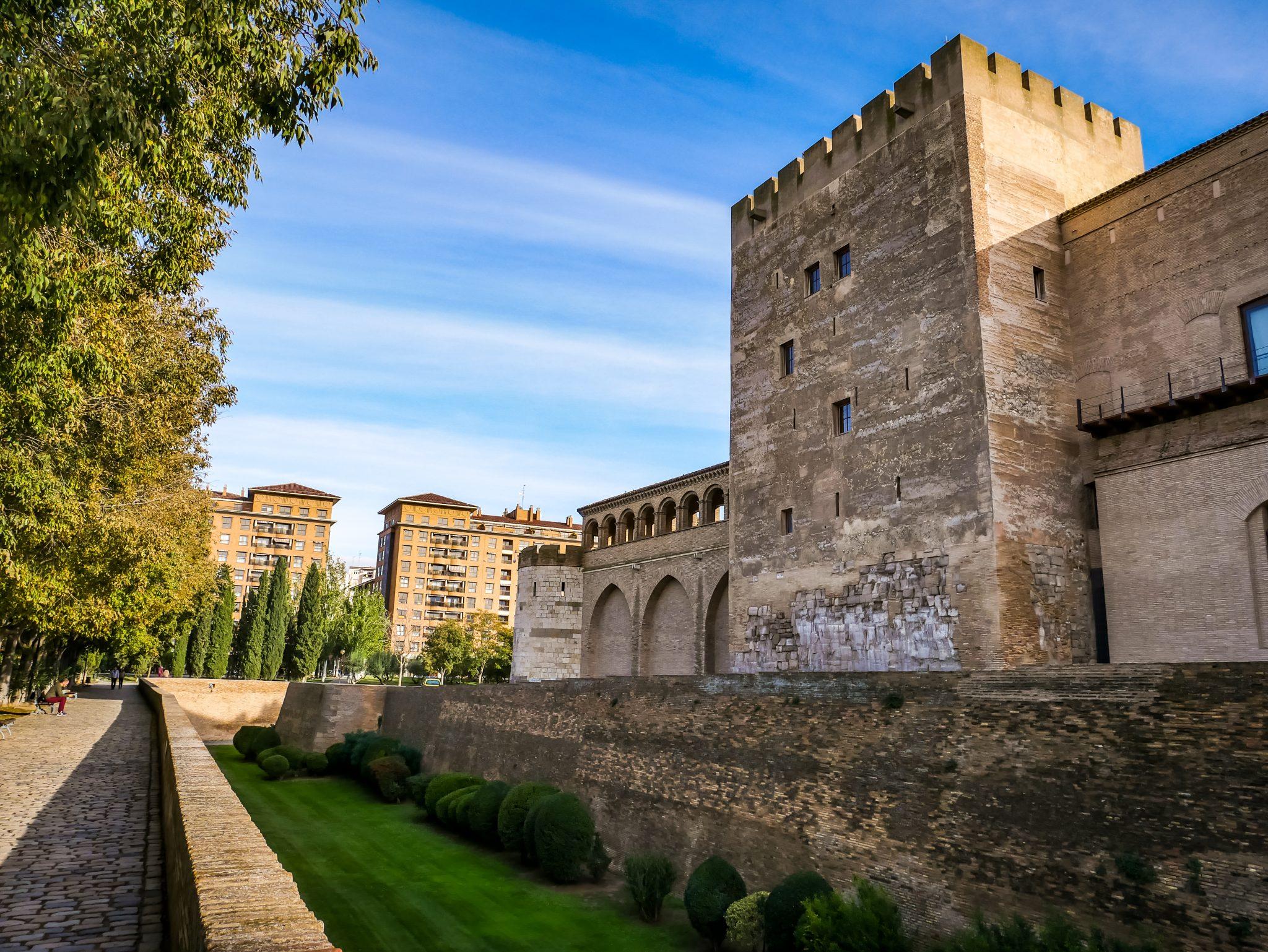 Das einzige Original aus dem 9. Jahrhundert ist der Turm des Troubadours, welcher zu denberühmtesten Sehenswürdigkeiten in Saragossa zählt.